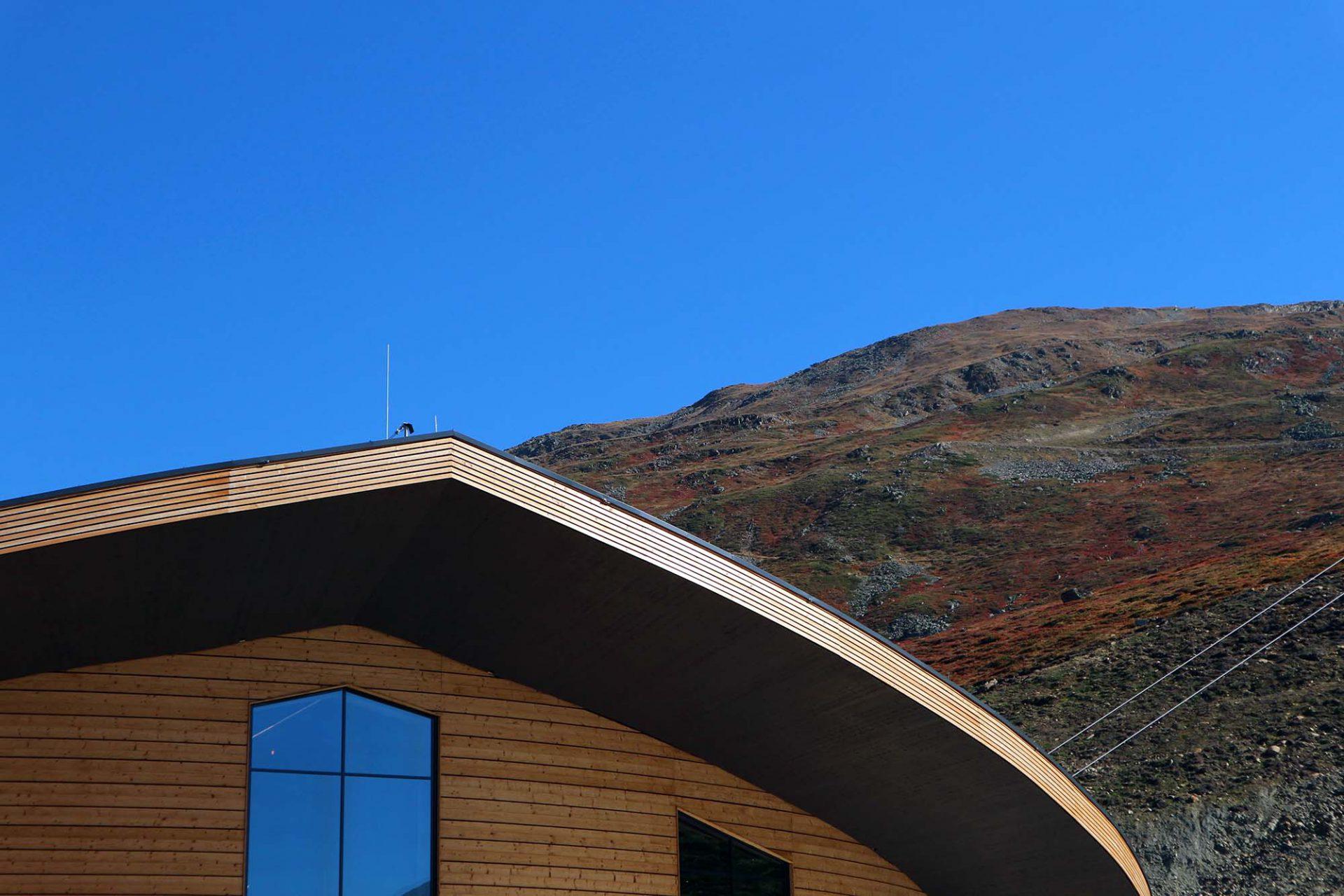Top Mountain X-Cross Point.  ... entwickelt im Bereich des Restaurants Anklänge einer regional typischen Giebelfläche.