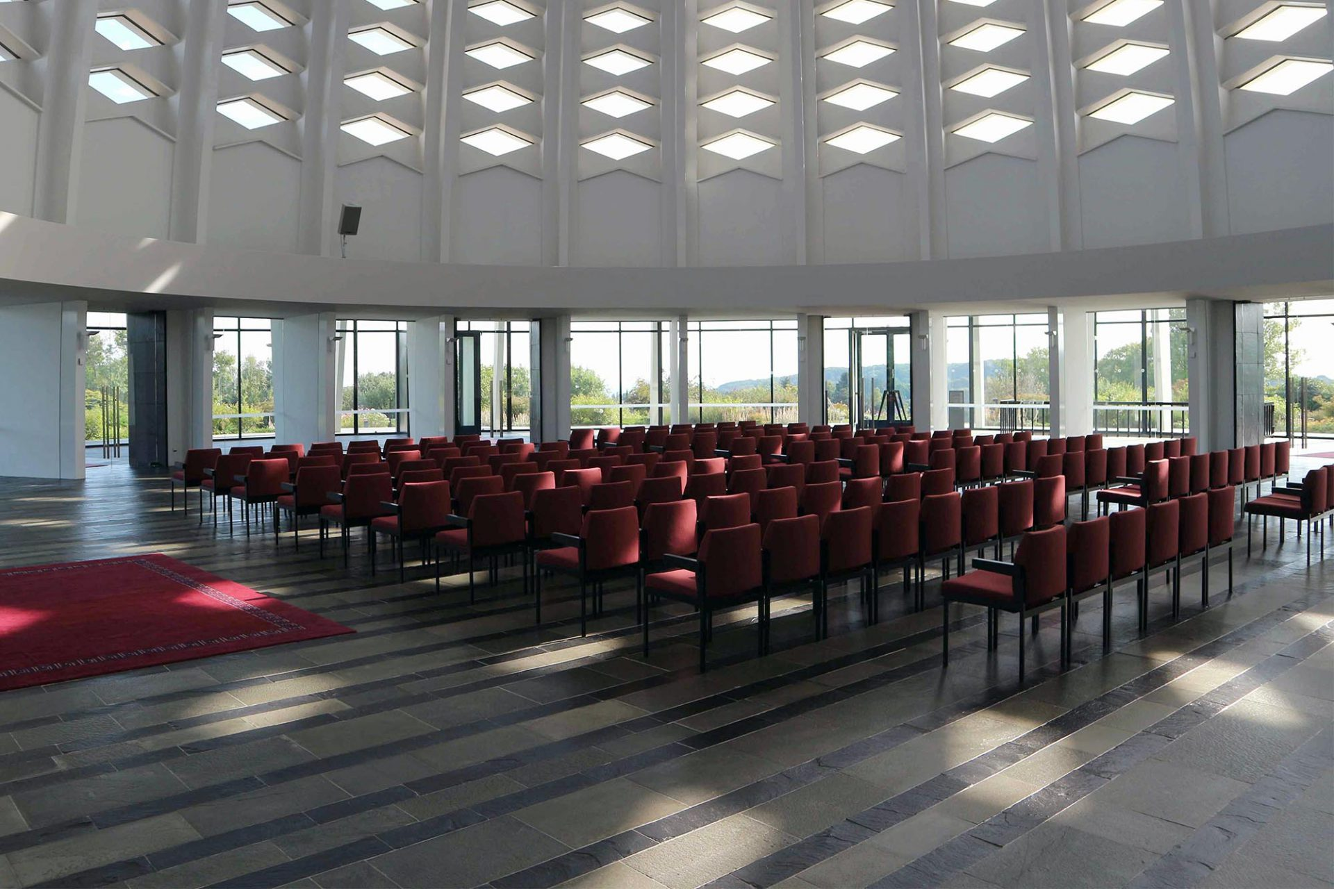 Der Gebetsraum. Ein heller, feierlicher Raum.