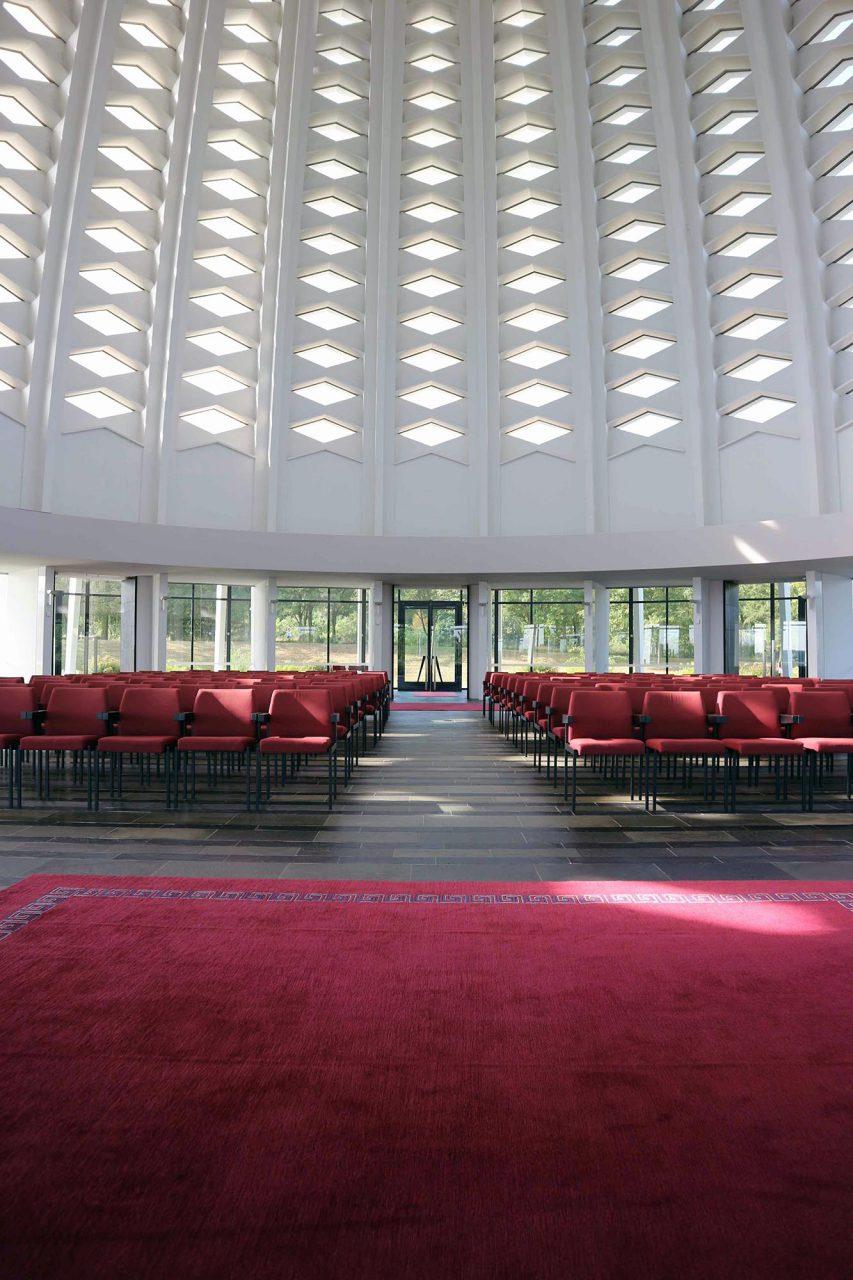 Der Gebetsraum. Er ist umlaufend verglast und öffnet sich mit neun Türen in alle Himmelrichtungen.
