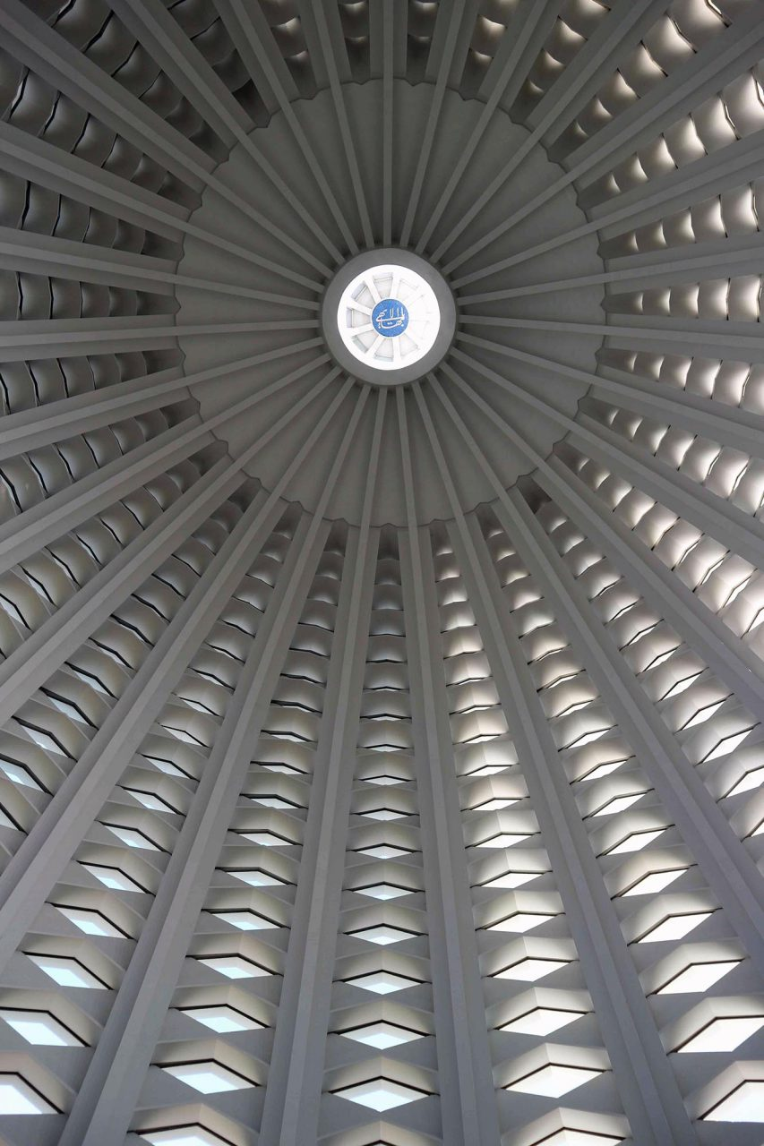 Die Kuppel. Den Schlussstein der Tempel-Kuppel schmückt stets die arabische Kalligraphie des