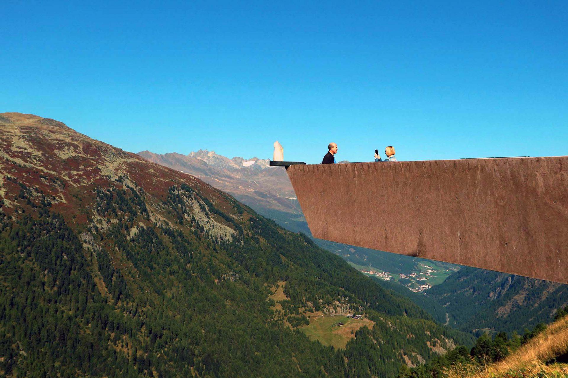 Timmelsjoch Erfahrung. Vor ihm breitet sich das Panorama über das hintere Ötztal und das Skigebiet Hochgurgl/Obergurgl aus.