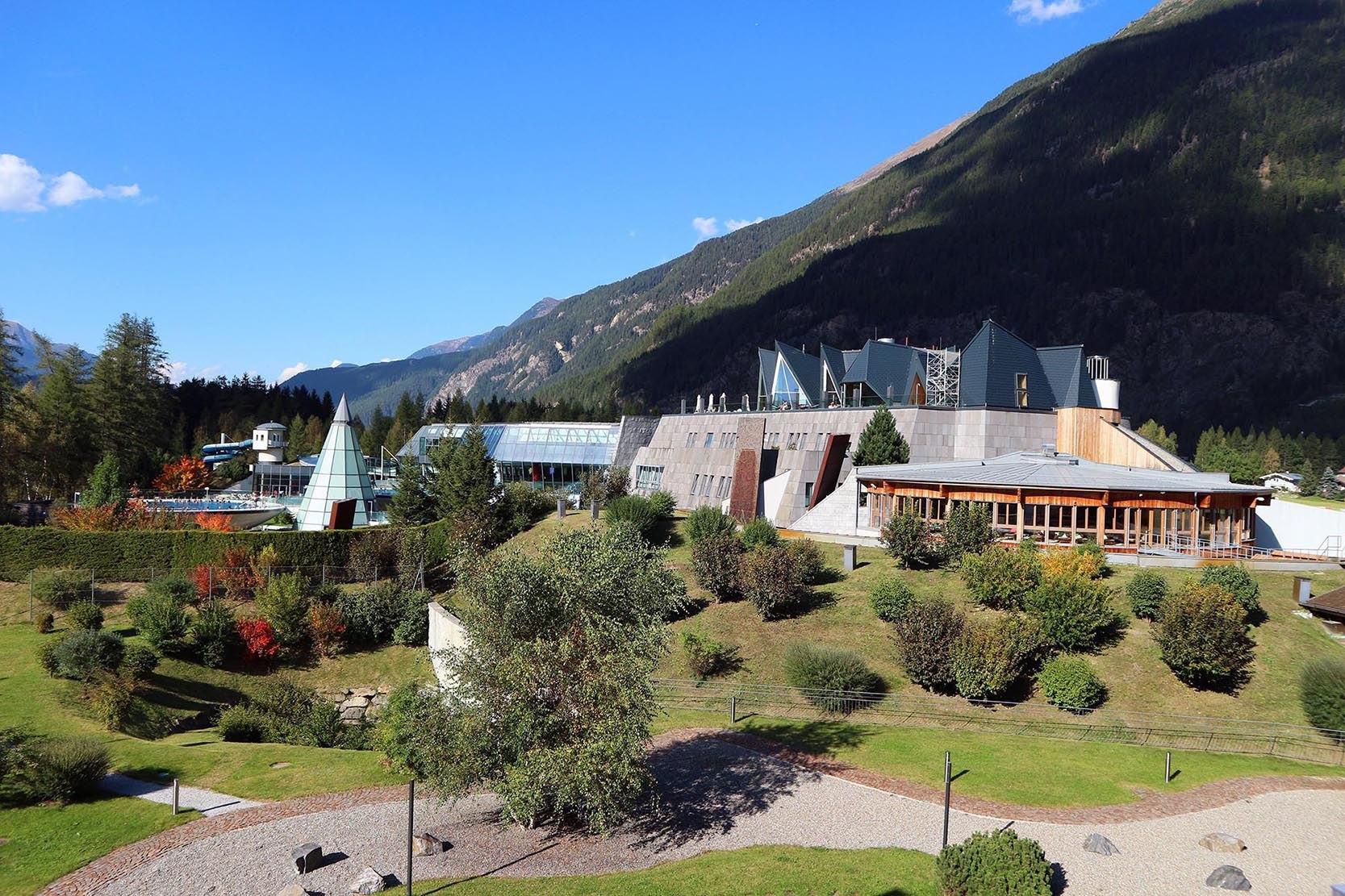 Aqua Dome. Der Blick vom Hotel auf die Thermenanlage