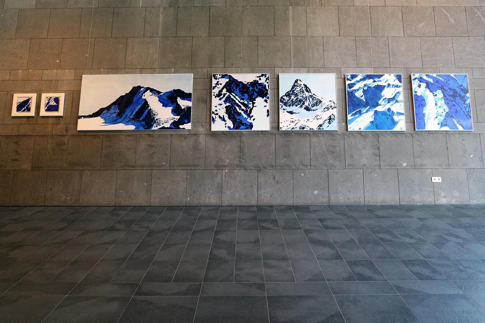 Aqua Dome. Im Eingangsbereich der Therme werden Werke einheimischer Künstler ausgestellt.