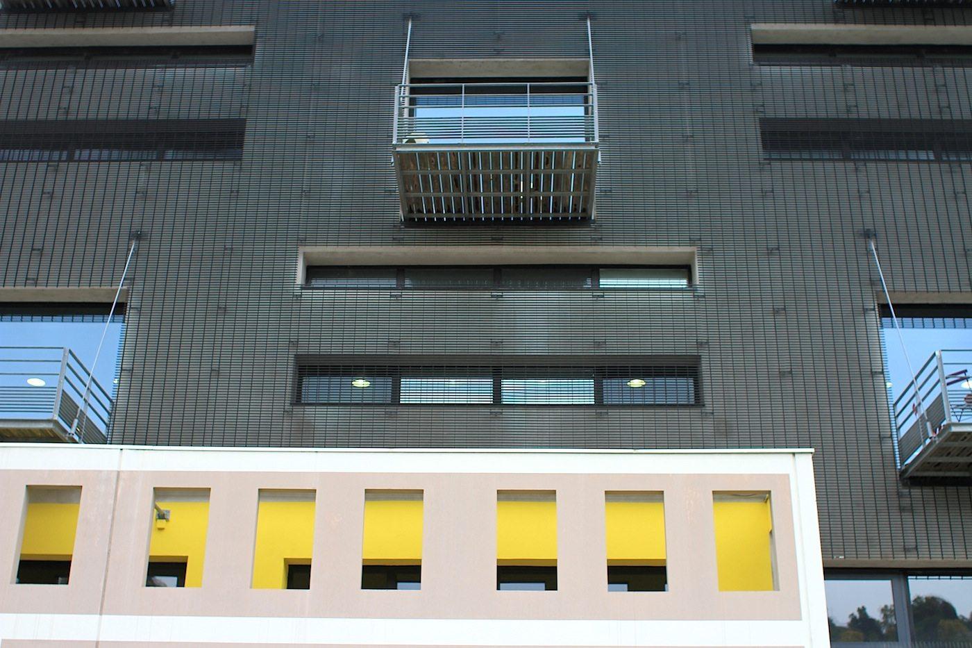 Pavillon des Douanes.  An der alten Fassade hängte Wilmotte den dunklen Aluminiumvorhang vor.