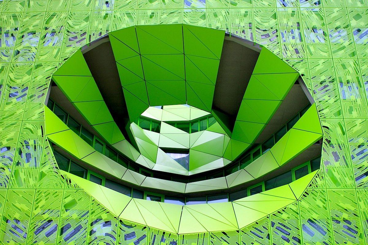 Le Cube Vert. Ebenfalls von Jakob + MacFarlane, dem 1992 in Paris gegründeten Architekturbüro von Dominique Jakob und Brendan MacFarlane. In den Grünkubus zog die Zentrale von euronews ein.