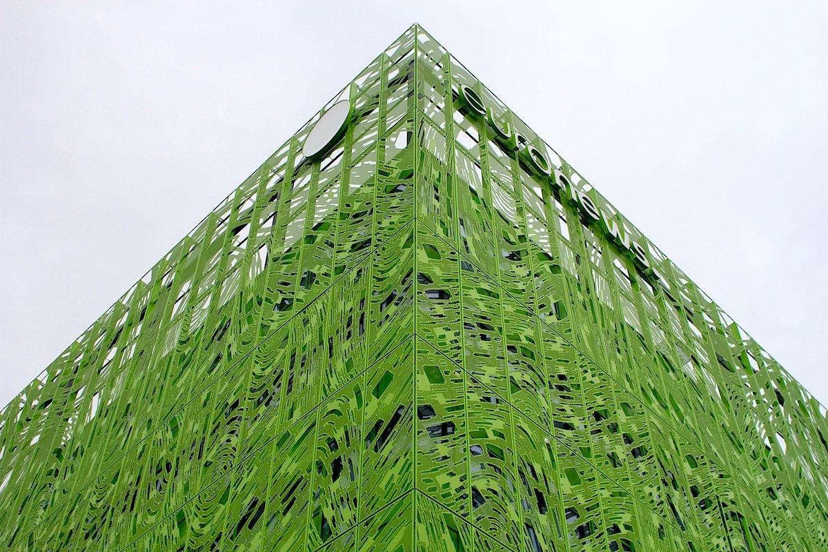 Technikaffin.  Jakob + MacFarlane nutzen die Möglichkeiten der digitalen Technologie sowohl zur Konzeptualisierung ihrer Entwürfe als auch zur Umsetzung der Pläne. Wichtige realisierte Projekte sind unter anderem: das Restaurant Georges Pompidou Centre (2000), der Wiederaufbau des Theaters von Pont-Audemer in der Normandie und das FRAC Centre in Orléans (2013).