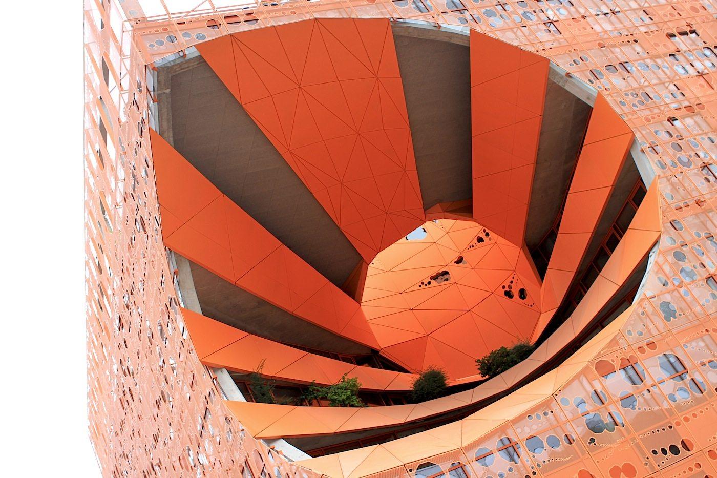 Le Cube Orange. Der von Jakob + MacFarlane geplante Kubus ist eine Neuinterpretation der Formen des Nachbargebäudes: Les Salins du Midi, einem alten Salzdepot.