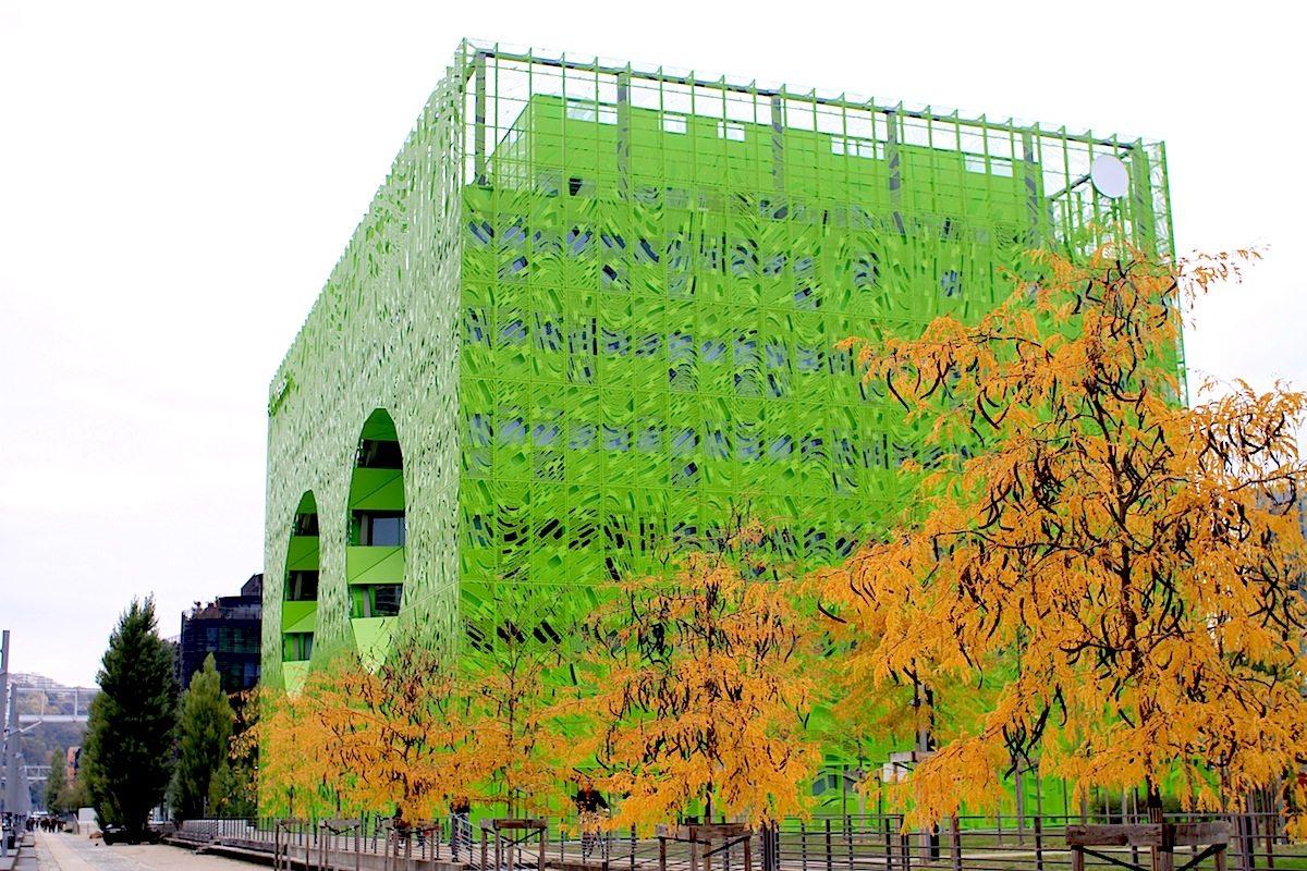Euronews Zentrale. Der grüne Kubus mit einer Gesamtfläche von 10.000 Quadratmetern wurde 2014 fertiggestellt.