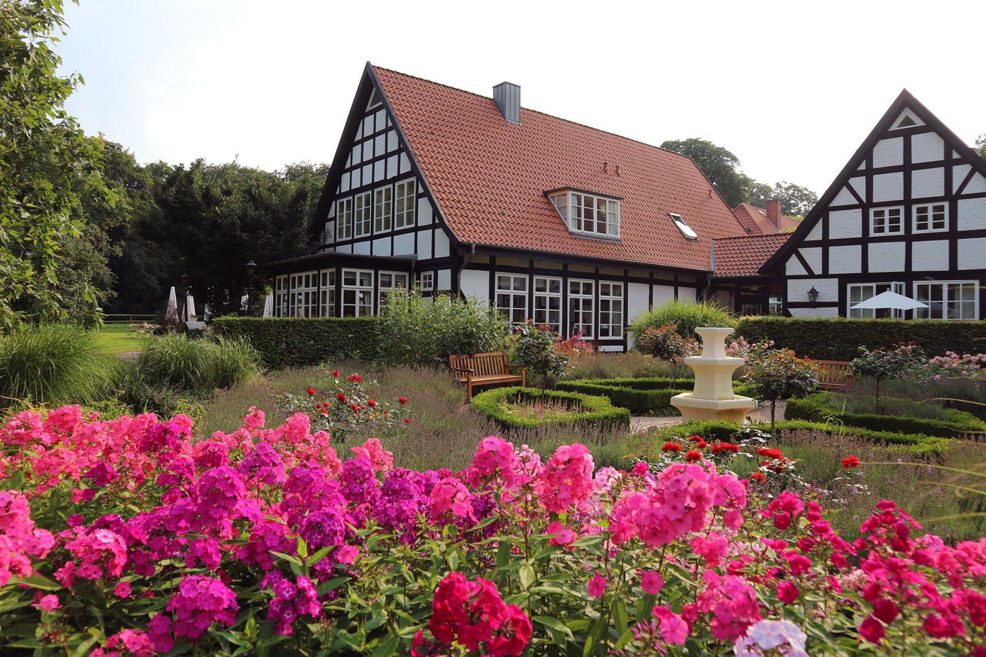 Forsthaus Heiligenberg. Gehegt und gepflegt: neben Blumenpracht wird auch ein Kräutergarten kultiviert. Die Kräuter landen in der guten Küche des Hauses.