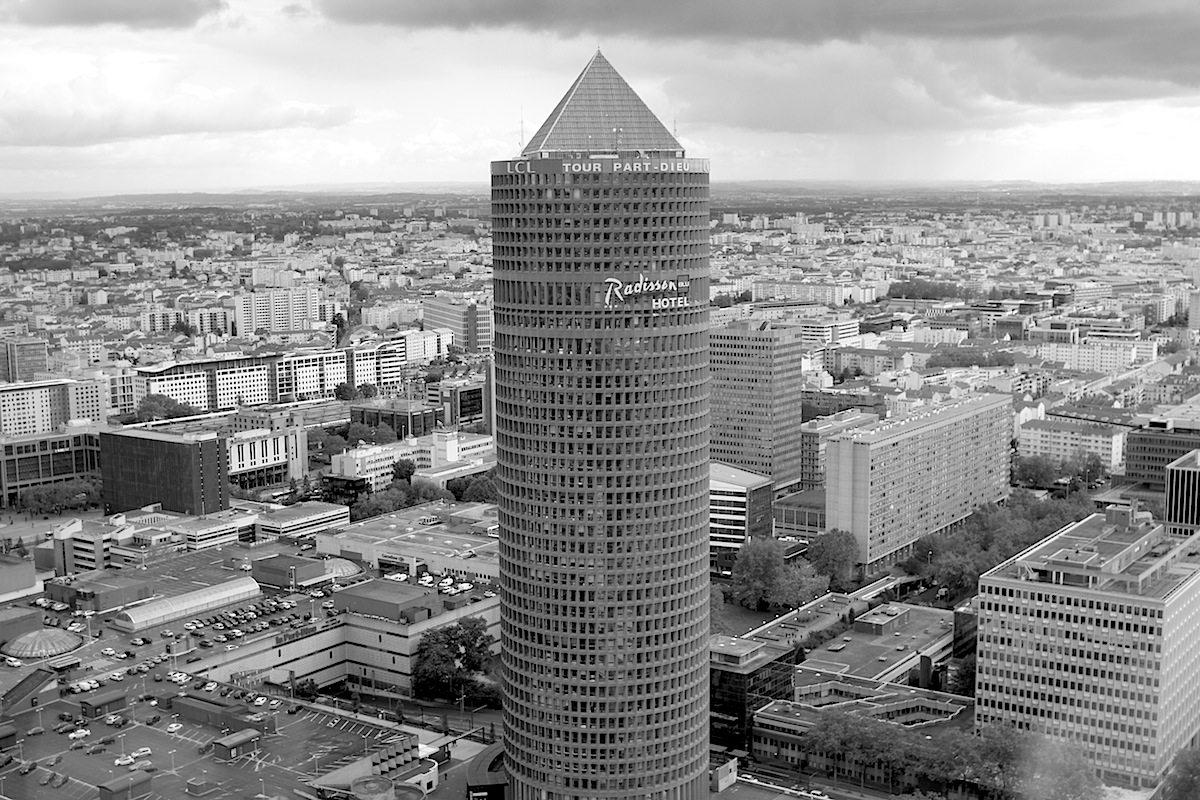 """""""Der Bleistift"""".  So lautet der Spitzname des postmodernen und 1977 eröffneten Wolkenkratzers mit 165 Meter Höhe, entworfen von Araldo Cossutta und Stéphane du Château. Bis 2015 war er Lyons höchster Büroturm, bis er von Tour Incity abgelöst wurde. Aus dem 200 Meter hohen Turm haben wir diese Bilder geschossen."""
