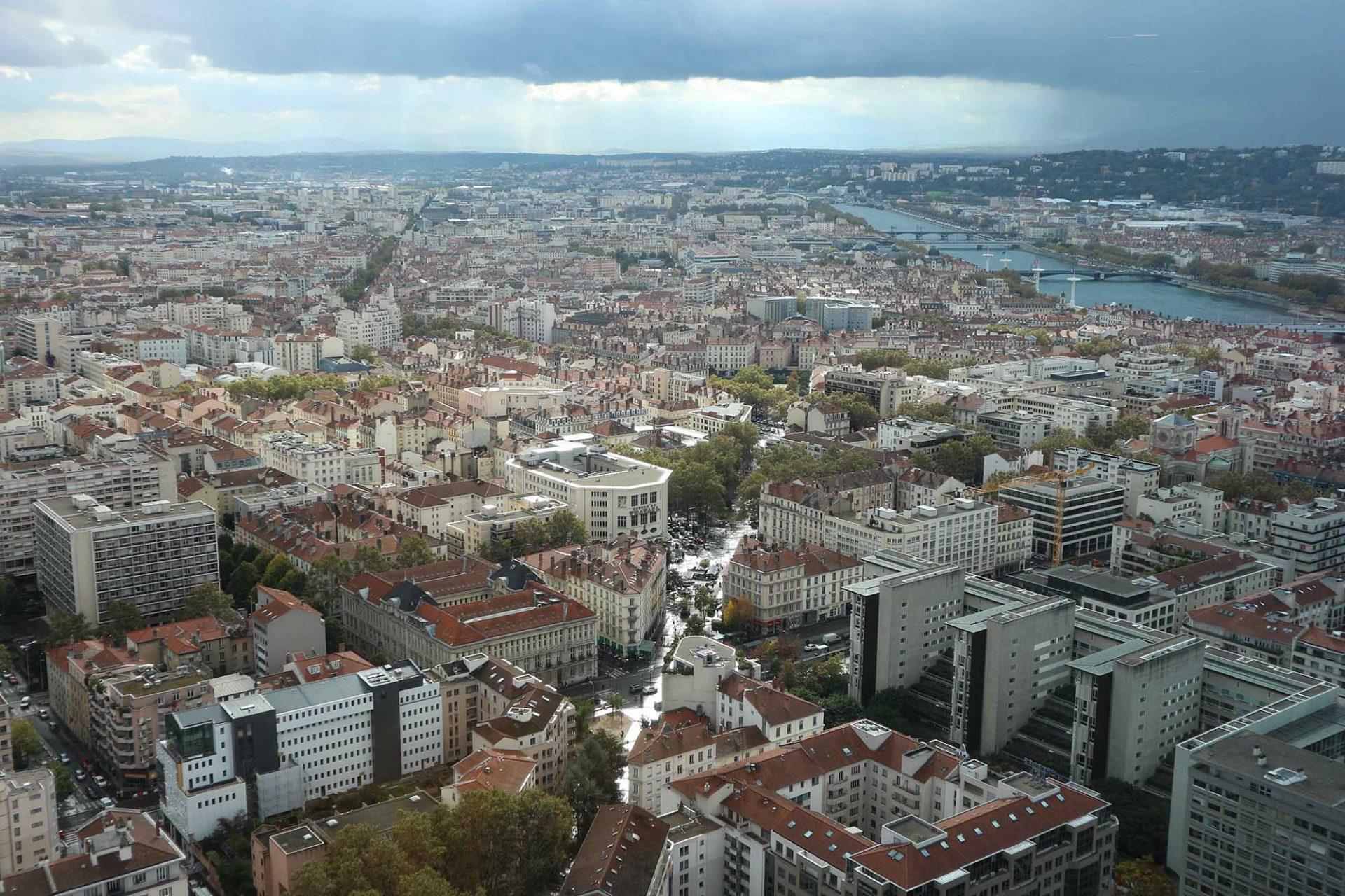 Der Himmel über Lyon. Dem Lauf der Rhône rechts im Bild folgend, stößt man auf das Musée des Confluences. Lyon hat 500.000 Einwohner, der Großraum zählt 2,2 Millionen.