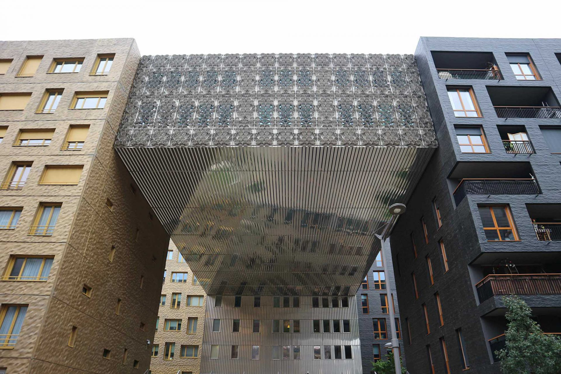 Le Monolithe. MVRDV gestaltete den Masterplan. Die einzelnen Gebäudeteile wurden von fünf verschiedenen Büros realisiert: MVRDV, Pierre Gautier, Manuelle Gautrand, ECDM und Erik van Egeraat. An diesem Ensemble zeigt sich exemplarisch, dass Confluence nicht nur der Showroom zeitgenössischer Architektur in Lyon darstellen soll, sondern, dass verschiedenste Denk- und Gestaltungsprinzipien zueinander finden können.