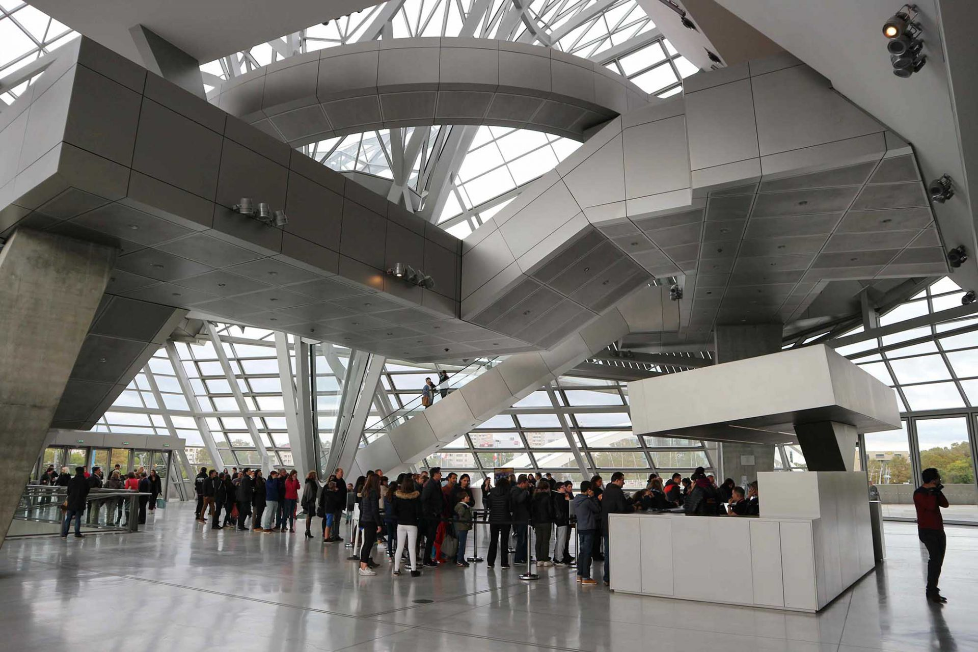 """Wissensplatz.  Im Wettbewerb für ein Naturhistorisches Museum wurde das Konzept des Museums als """"Medium zur Wissensvermittlung"""" bezeichnet und nicht als Schauraum für Produkte. Das Bild zeigt die Eingangshalle."""