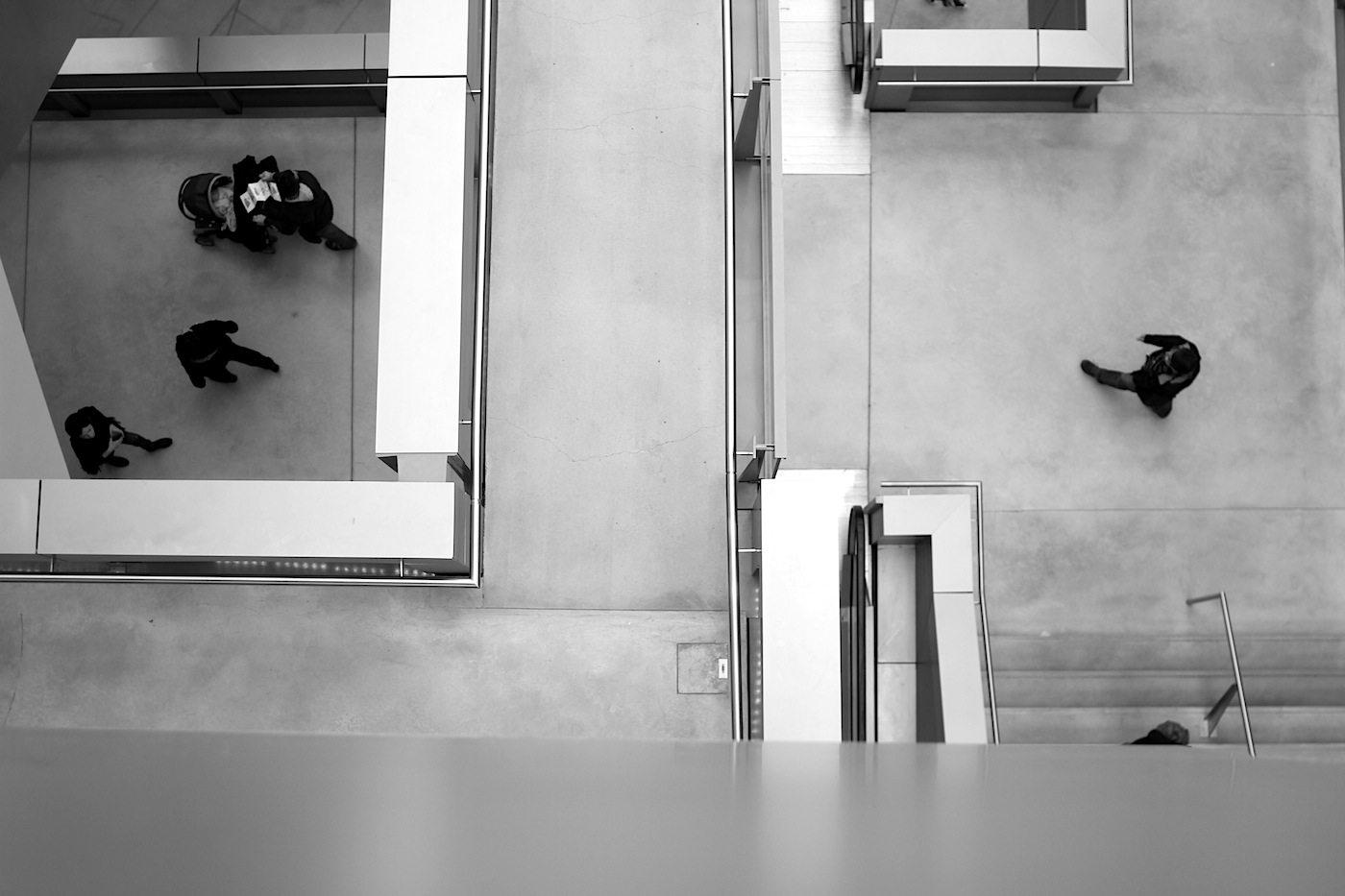 Blicke. Von Ebene 2 mit den Räumen für die Dauerausstellungen auf die Ebene 1 (Wechselausstellungen) geschaut.