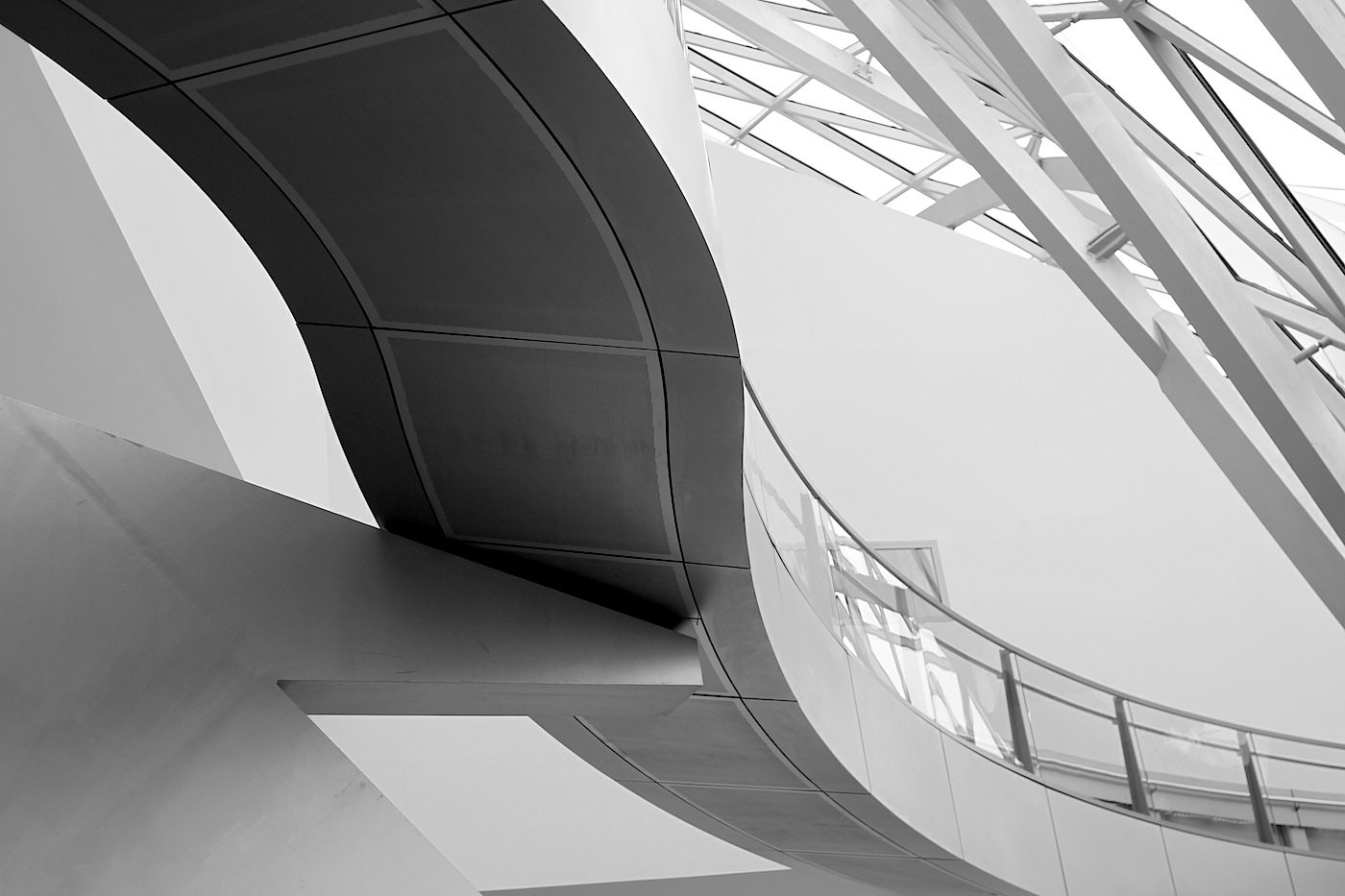 Fließend.  Das Foyer mit dem Kristall ist ein natürlich belüfteter Raum. Die Zuluft erfolgt über verglaste Lüftungsklappen, die sich in der Ostfassade befinden, die Abluft erfolgt über die Dachzone. Der Einsatz einer herkömmlichen Klimaanlage ist deshalb nicht notwendig.