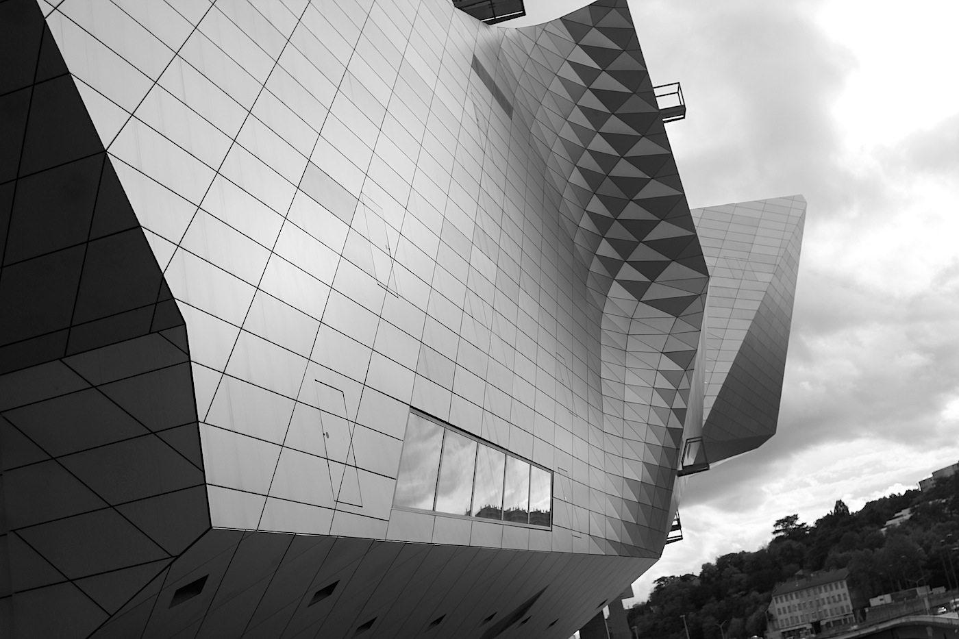 Haut. Die Fassaden des Ausstellungsbereiches (Wolke) zeichnen sich durch eine leistungsfähige Gebäudehülle aus, was die Wärmedämmeigenschaften anbelangt.