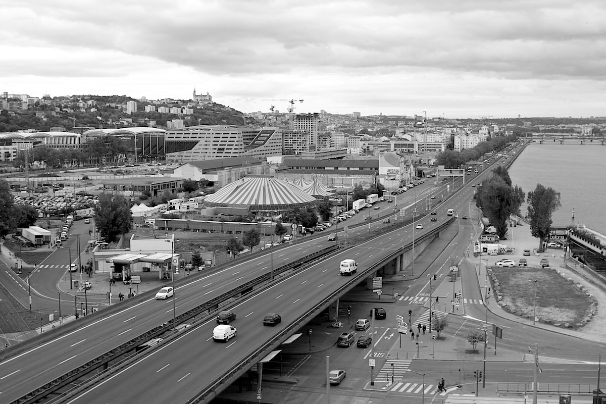 Trennlinien. Die Stadtautobahn Cours Charlemagne durchschneidet den südlchen Bereich der Halbinsel. Links von der mehrspurigen Straße: der bereits bebaute Stadtteil Perrache.