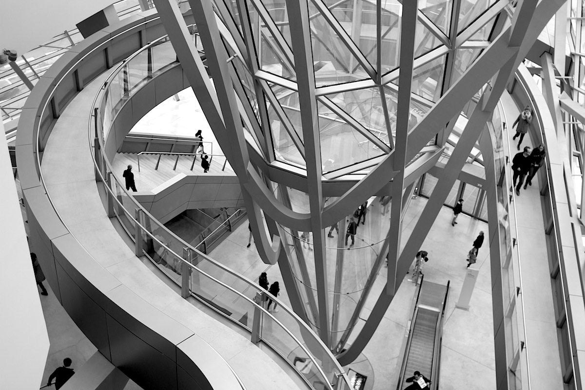 Der Kristall. Die Stahlkonstruktion, als Brückenbauwerk berechnet, ermöglichte es, alle Ausstellungshallen stützenfrei zu entwickeln. Über den Ausstellungsräumen befinden sich die Räume für die Administration.