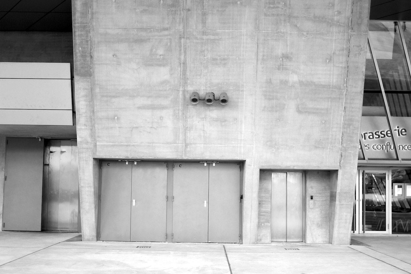 Materialien. Wo das Museum eben noch elegant und nonkonform war, ist es an anderen Stellen nüchtern, nackt und grob.