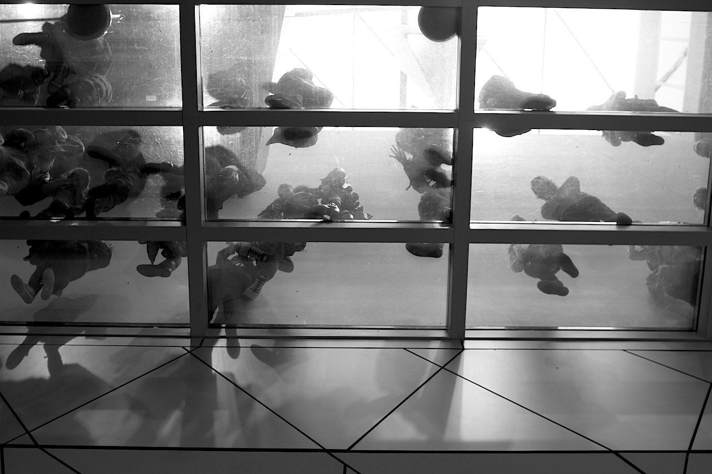 Transparenz. Der Blick auf den Ausstellungsbereich und den Gebäudeteil