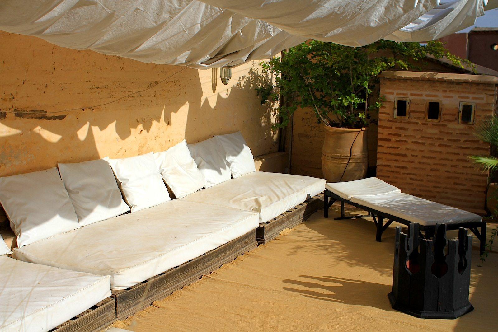 Dar Zelda.  In vielen Riads in der Medina entstanden Boutiquehotels, die ihre Dachterrassen zu wahren Entspannungslandschaften ausgebaut haben.