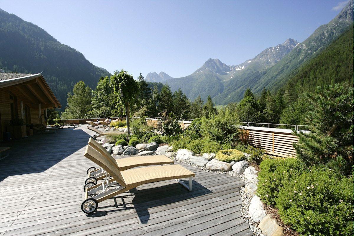 Naturhotel Waldklause.  Neben Entspannung wie hier auf der Panorama-Sonnenterrasse im 3. Stock und dem Wellnessbereich bietet das Hotel zahlreiche Aktivitäten an wie beispielsweise Wanderungen in der Umgebung.