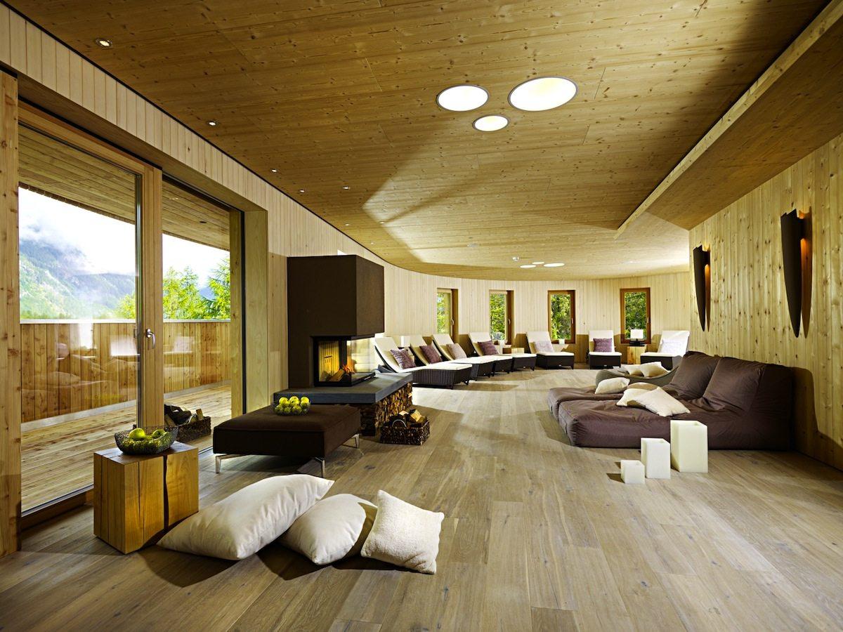 Naturhotel Waldklause.  Für die alpine Wellness wurden eigene Zeremonien und Behandlungsmethoden entwickelt, z. B. dampferhitzte Kräuterstempelmassagen.