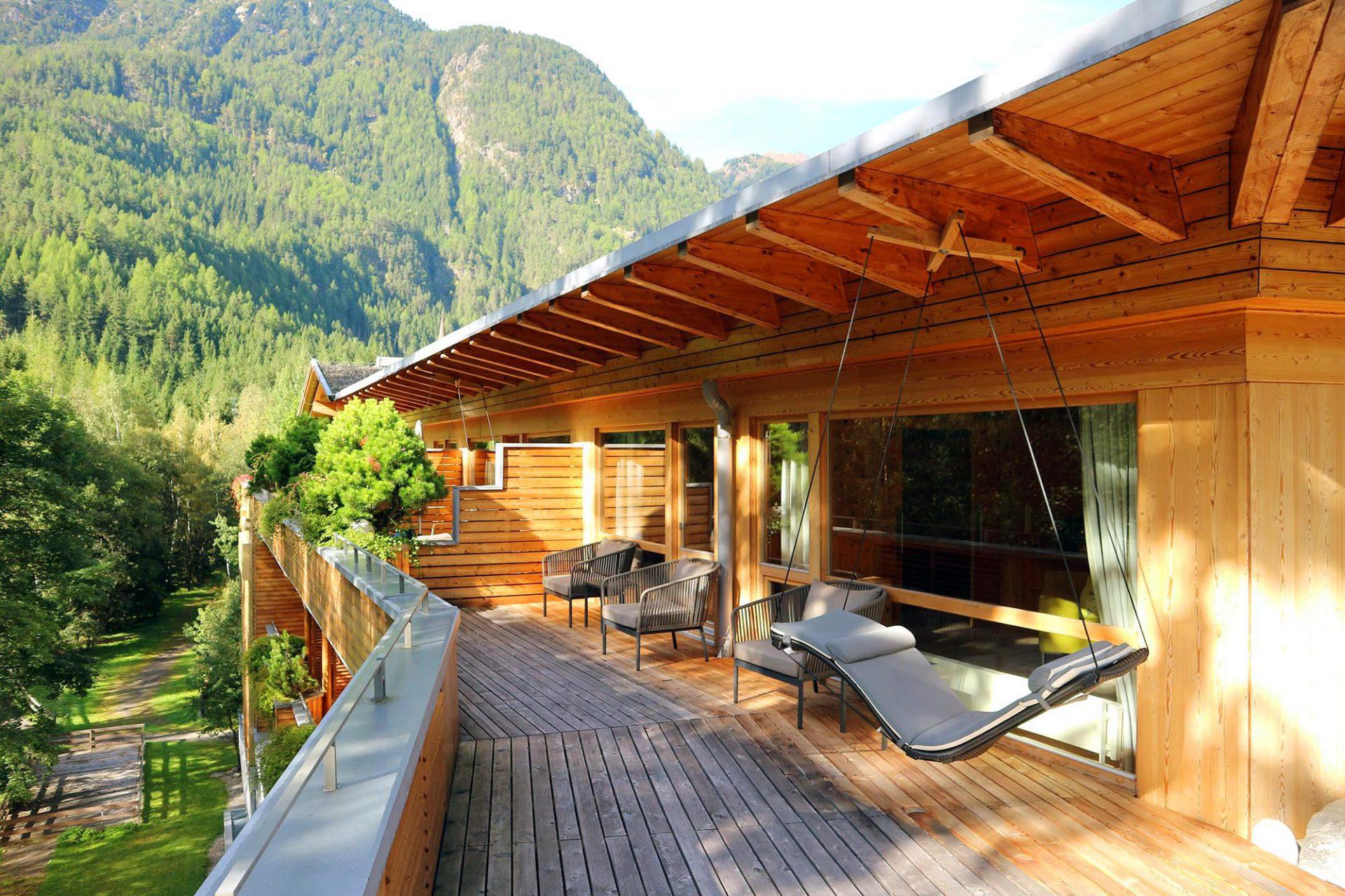 Naturhotel Waldklause.  Die Zimmer sind zwischen 32 und 87 Quadratmeter groß – gefühlt auch mehr, so wie diese Suite mit Großterrasse.