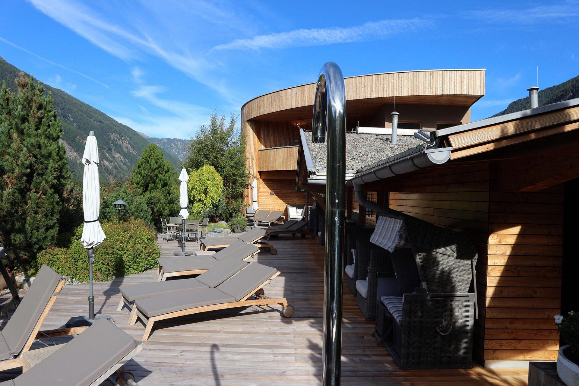 Naturhotel Waldklause. Alle Zimmer sind mit eigenem Quellwasser-Brunnen ausgestattet –so auch die Sonnenterrasse im 3. Stock.