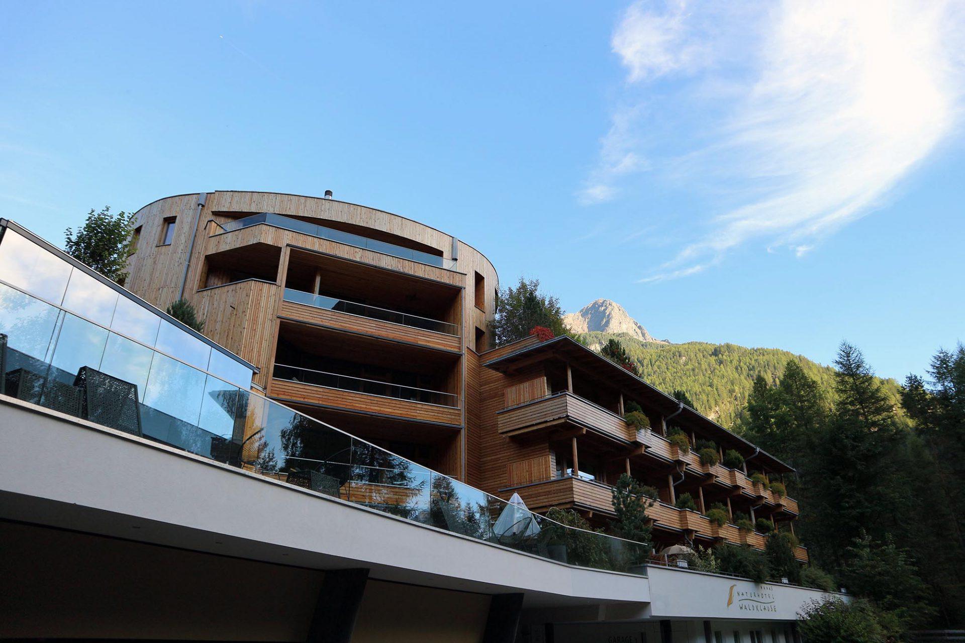 Naturhotel Waldklause. Bei der Eröffnung des Hotels 2004 war es der größte Holzbau Österreichs.