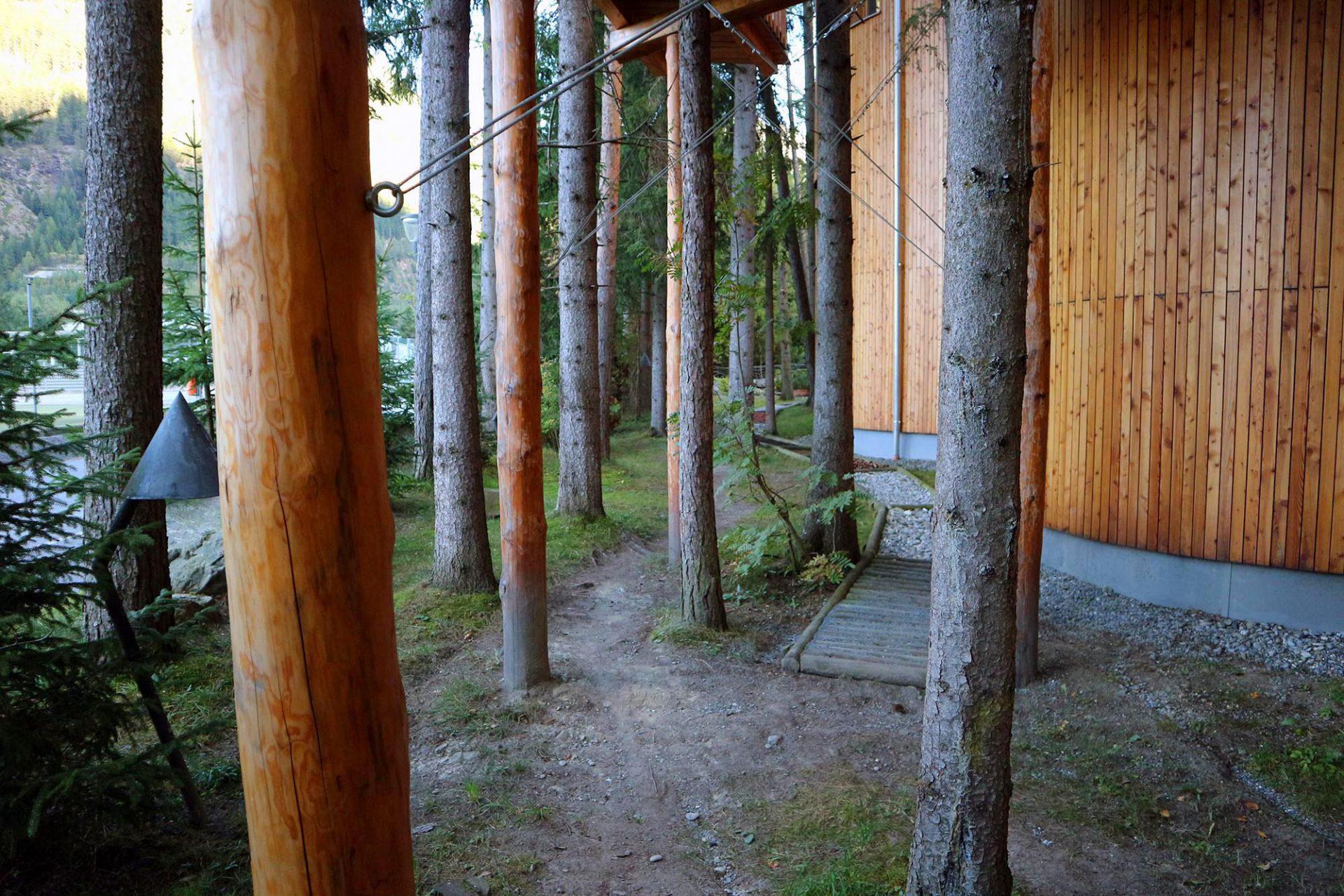 Naturhotel Waldklause.  Baumhausfeeling: der Rundgang am Hotel macht die Struktur und die Naturverbundenheit erlebbar.