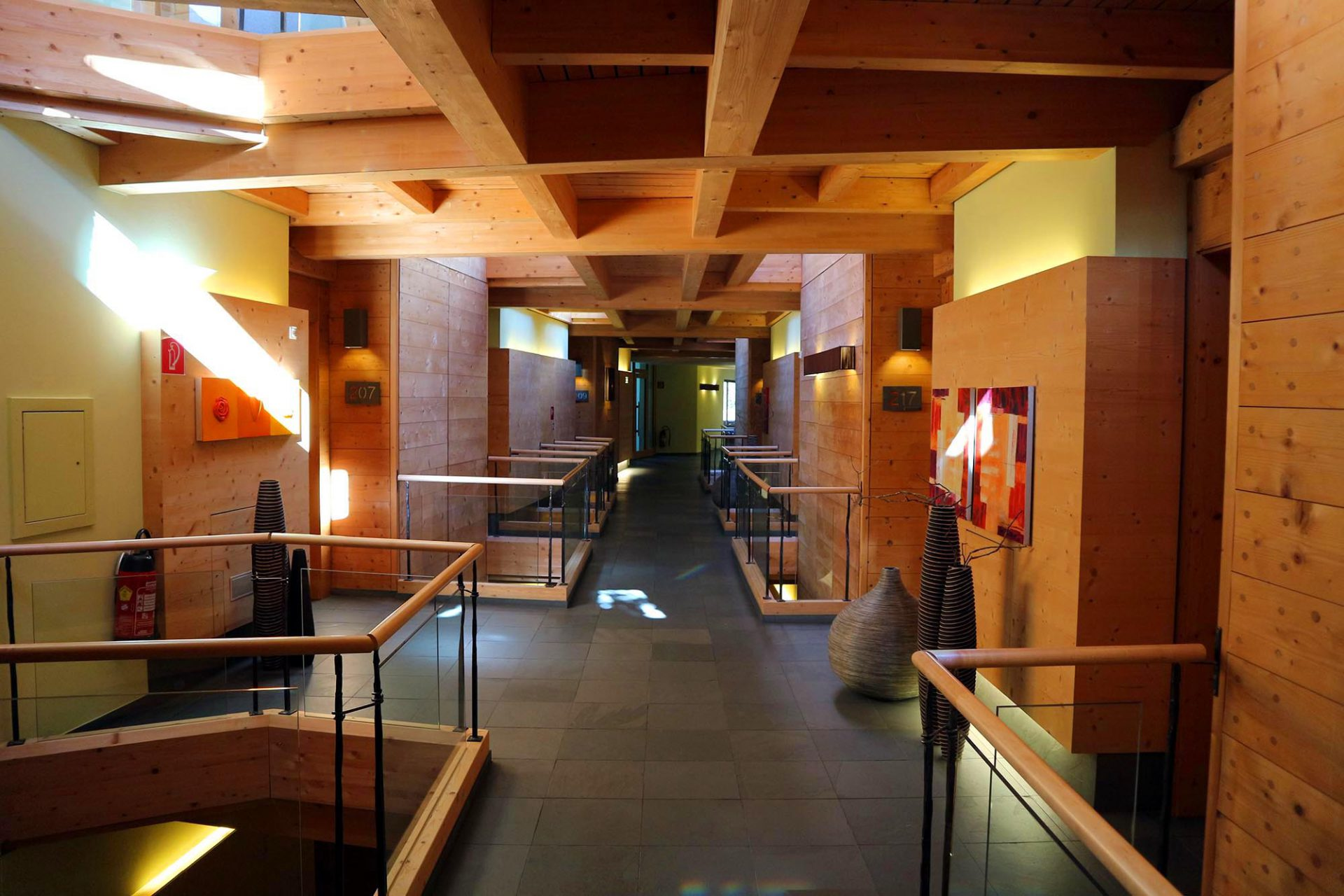 Naturhotel Waldklause. Neben anderen Holzarten ist die Zirbe Hauptbestandteil des Hauses. Die Innenausstattung verantwortete Frau Auer. Von ihr stammen auch viele der Malereien im Hotel.