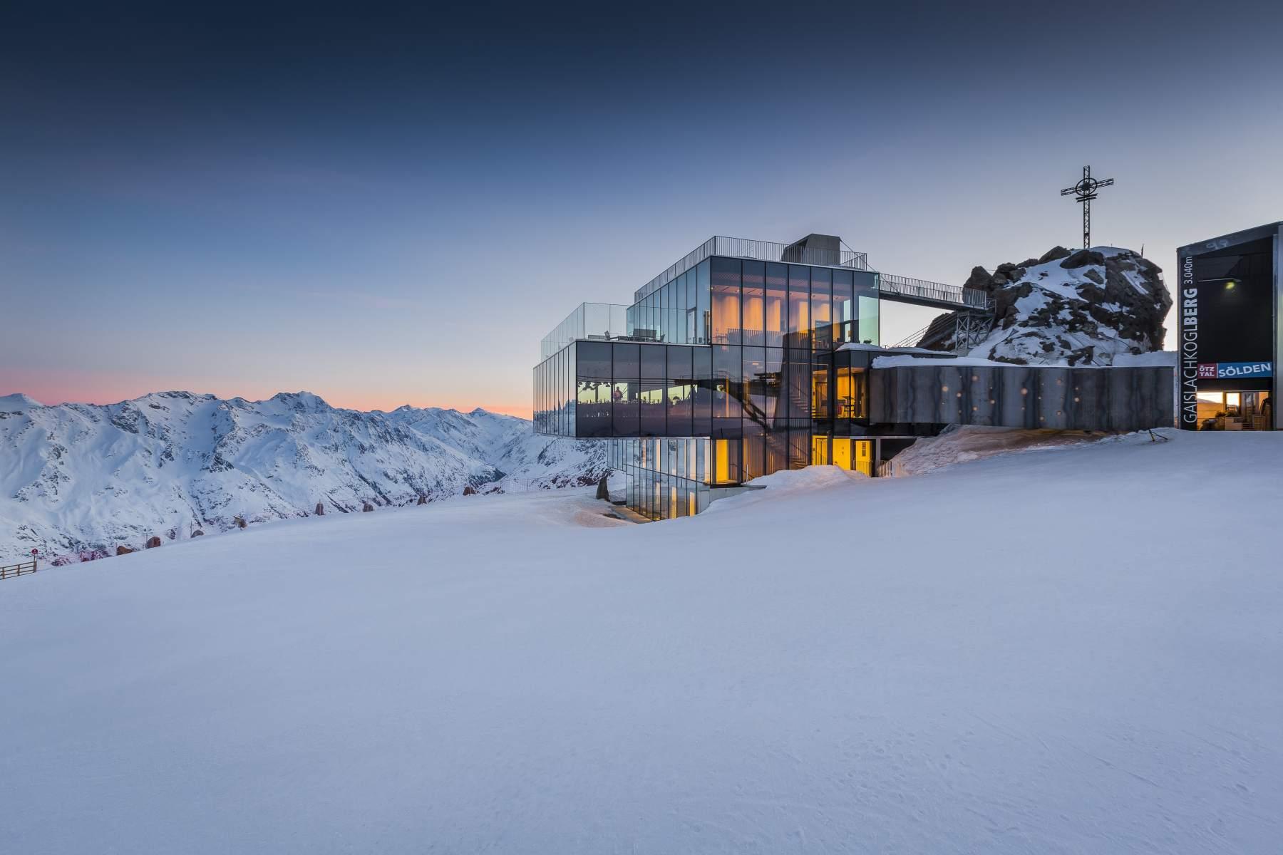 Ice Q. Das Glas-Spektaktel-Restaurant auf 3000 Meter Höhe.