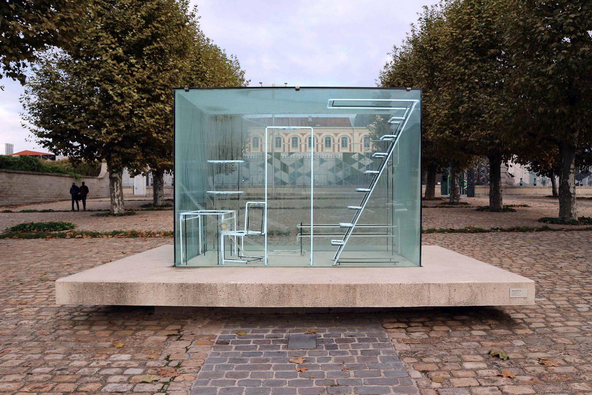 Gimme Shelter.  Natalie Talec entwarf diese Unterkunft in Anlehnung an Le Corbusiers Modulor-Leitlinien. Die Künstlerin materialisiert die Möbel durch Licht.