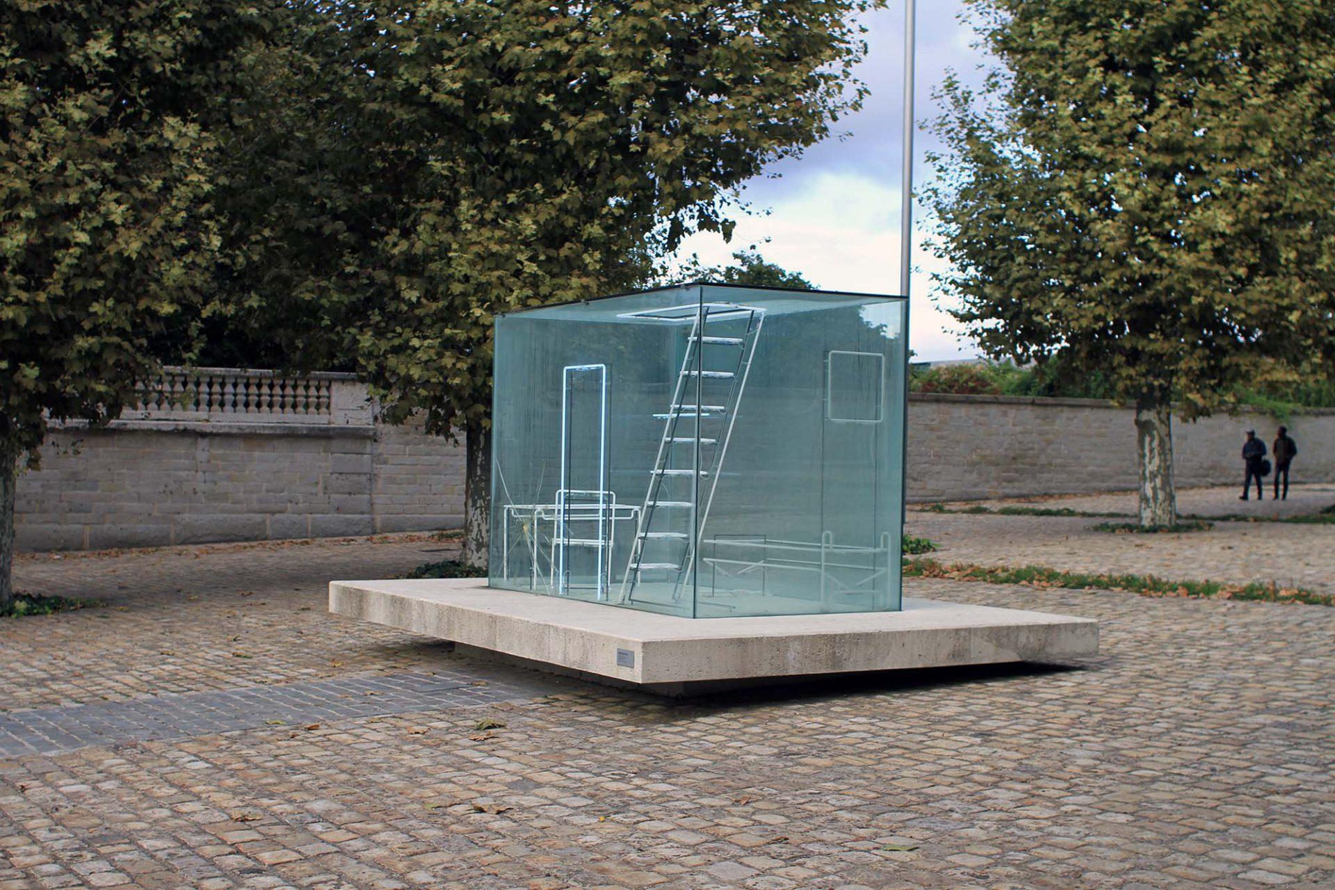 Gimme Shelter. Die Installation steht auf dem Place d'armes vor dem Eingang zur Cité du Design.