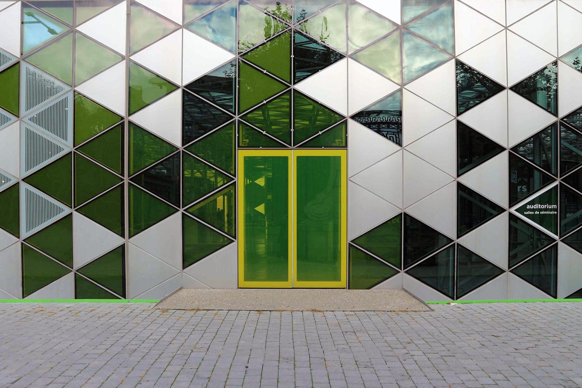 Cité du Design.  14000 gleichseitige Dreiecks-Paneele umhüllen den Bau.