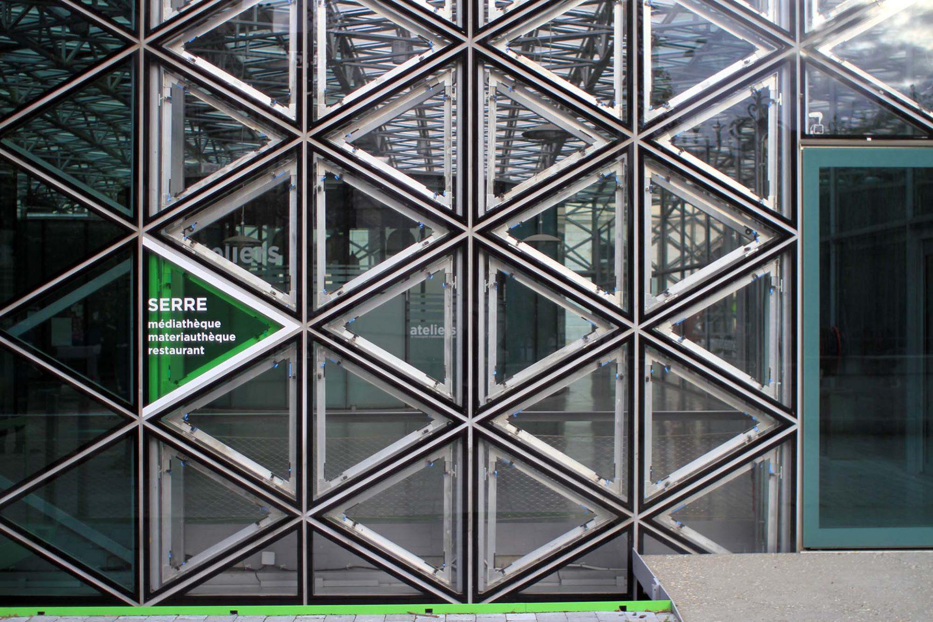 Cité du Design. Sie filtert das natürliche Licht entsprechend der saisonalen und programmatischen Anforderungen.