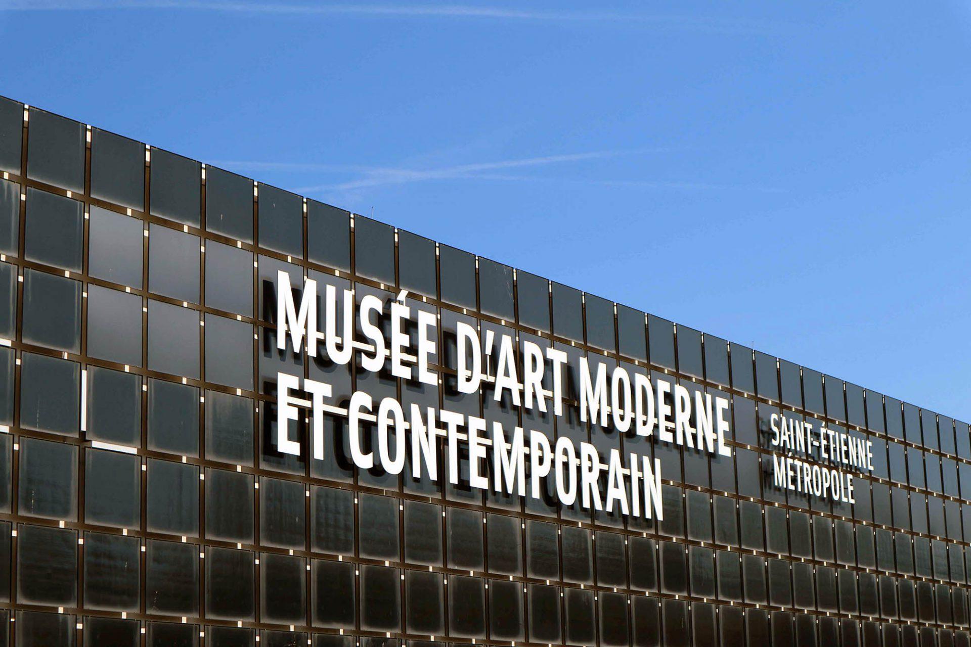 Musée d'art moderne et contemporain.  Das Museum für moderne Kunst von Didier Guichard zeigt sich nach außen nüchtern schwarz.