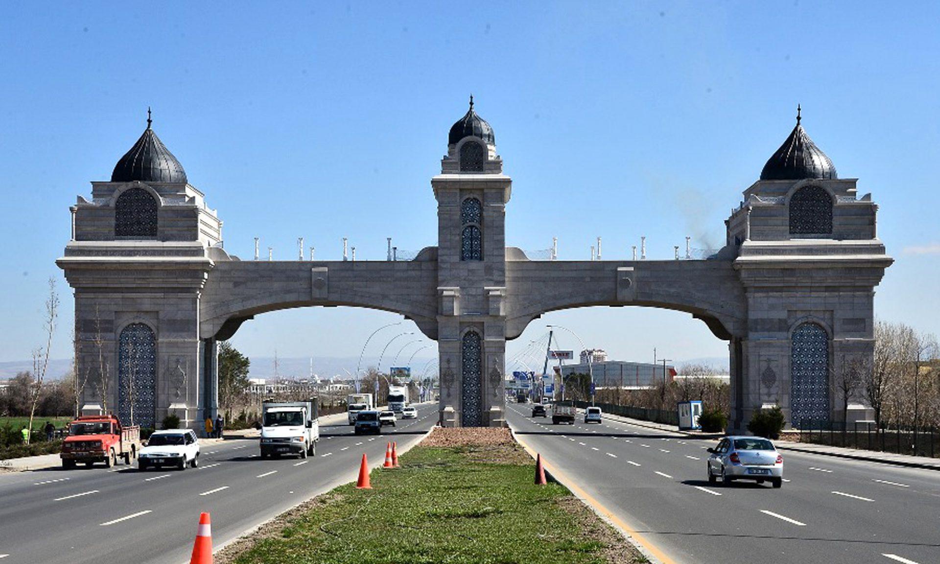 Istanbulisiert. Neu errichtete Stadttore entlang der Erschließungsstraßen.