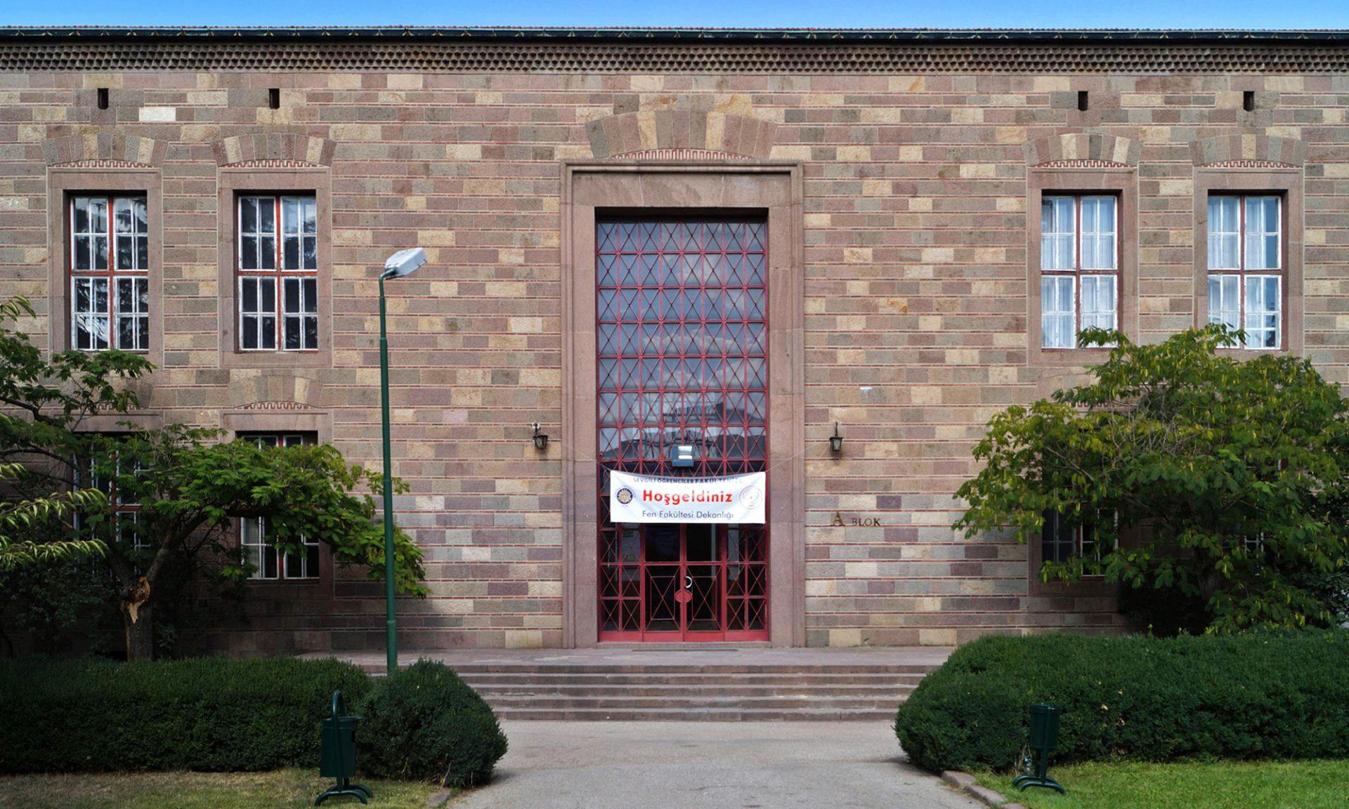 Eldems dezente Bezüge an der naturwissenschaftlichen Fakultät. Frühosmanische Mauerwerksbauweise und Andeutungen der Segmentbögen über rechteckige Öffnungen.