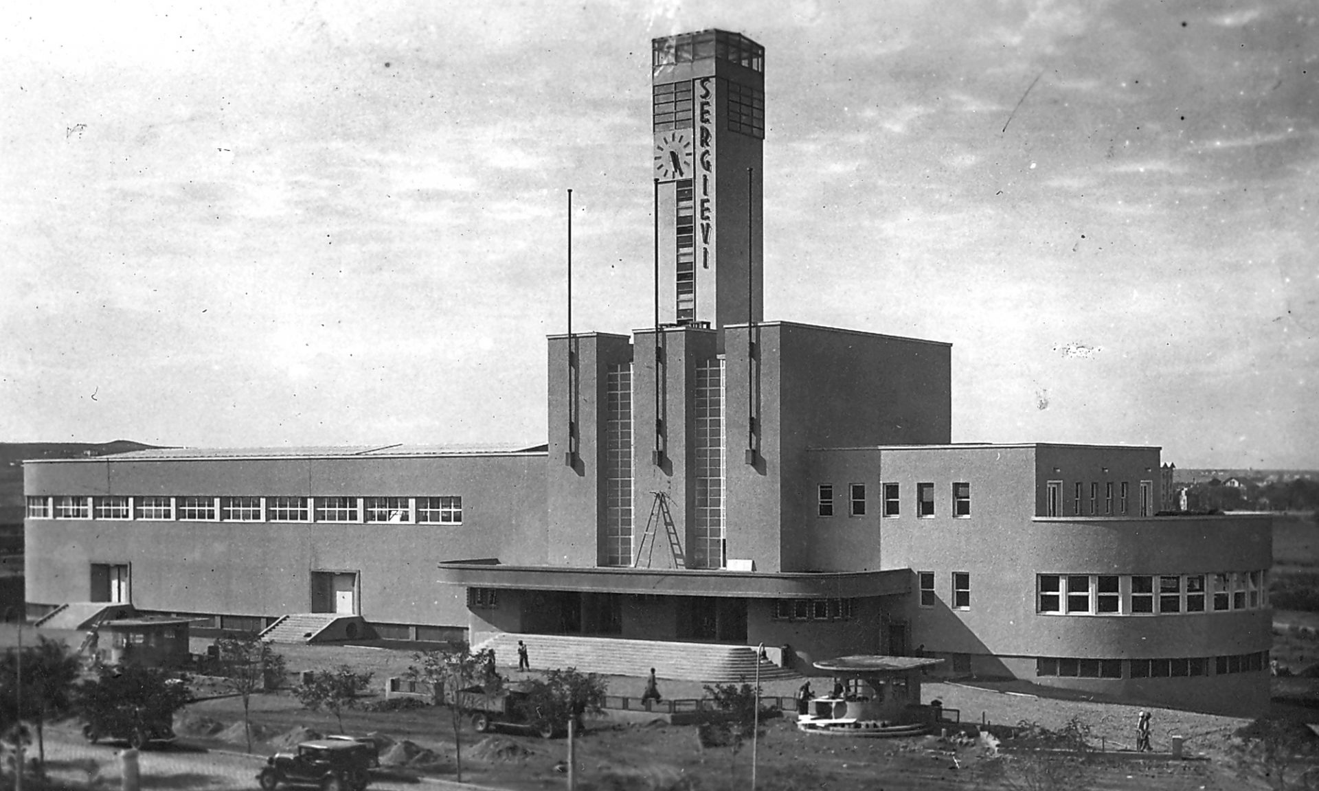 Bedeutender Beitrag von Şevki Balmumcu zur türkischen Moderne.  Das staatliche Ausstellungszentrum, errichtet 1934 in der Frührepublik. Neoklassischer Umbau zur Staatsoper von Paul Bonatz 1948.