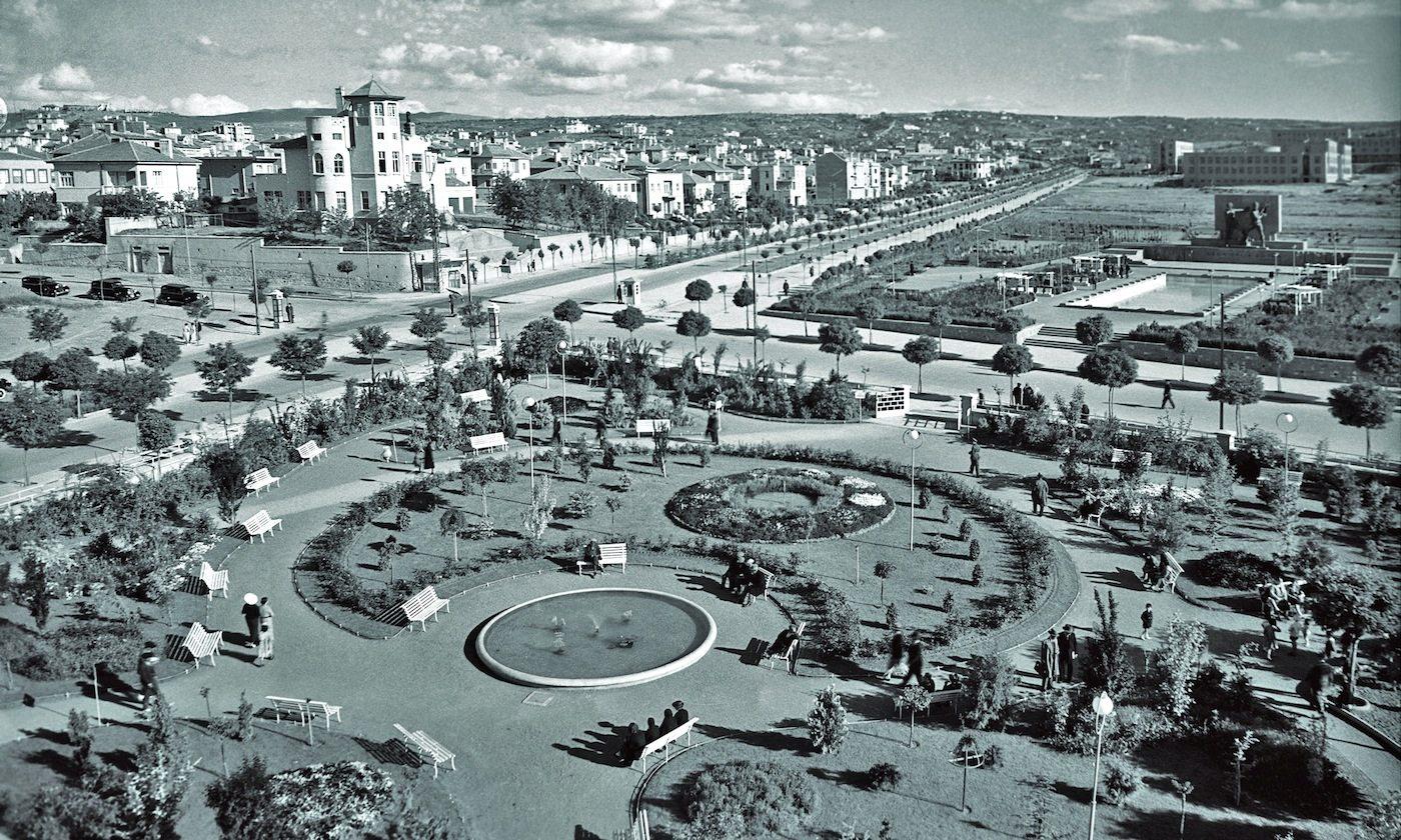 Der Kızılay-Platz (um 1940). Öffentliche Plätze als Ausdruck gesellschaftlicher Reformen.