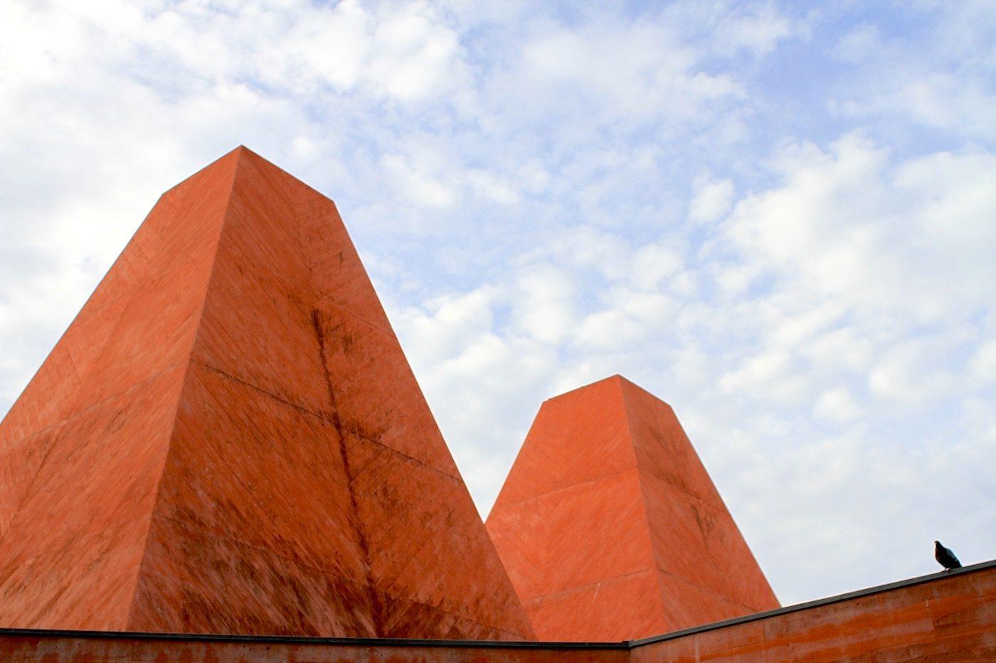 Haus der Geschichten Paula Rego. Abstrakt und archaisch reduziert, aber immer mit dem Blick auf die Geschichte der Region. Das weiß auch die Taube zu schätzen.