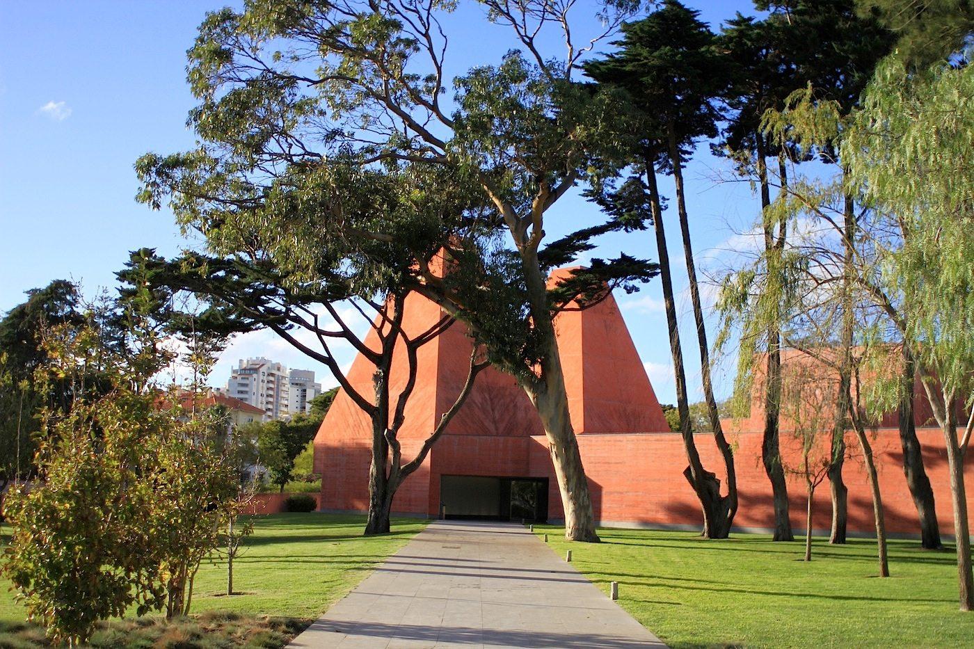 """Haus der Geschichten Paula Rego.  """"Beim Vermessen und der Aufnahme des alten Baumbestandes entwickelte ich die Idee, eine Anzahl von Körpern mit verschiedenen Höhen und Volumina zu schaffen. Sie sollten auch ein Ausdruck der Vielfalt des inneren Programmes des Museums sein"""". –Eduardo Souto de Moura"""