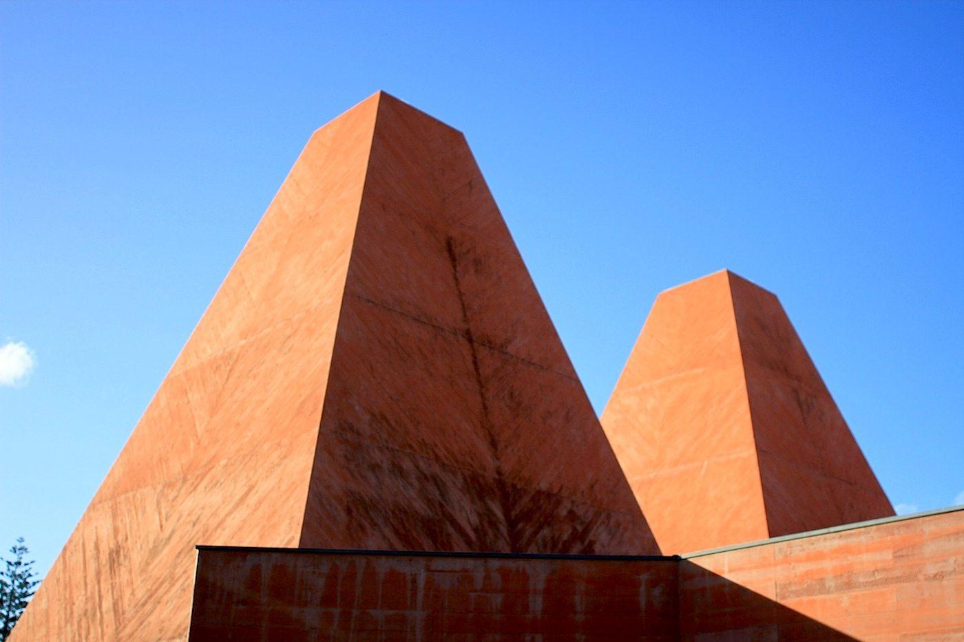 Haus der Geschichten Paula Rego.  Der Beton wurde mit rotem Bayferrox-Pigmenten eingefärbt.