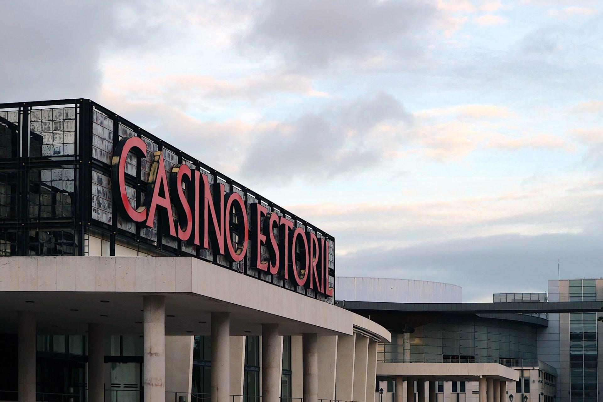 Casino Estoril. Rechts im Bild: das Centro de Congressos do Estoril. Das von Regino Cruz Architects geplante und 2011 fertiggestellte Kongresszentrum der Stadt.