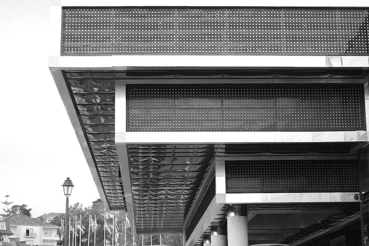 Casino Estoril. Blöcke, die sich übereinanderschieben. Der Entwurf für den Neubau stammt von Filipe Nobre de Figueiredo und  José de Almeida Segurado.