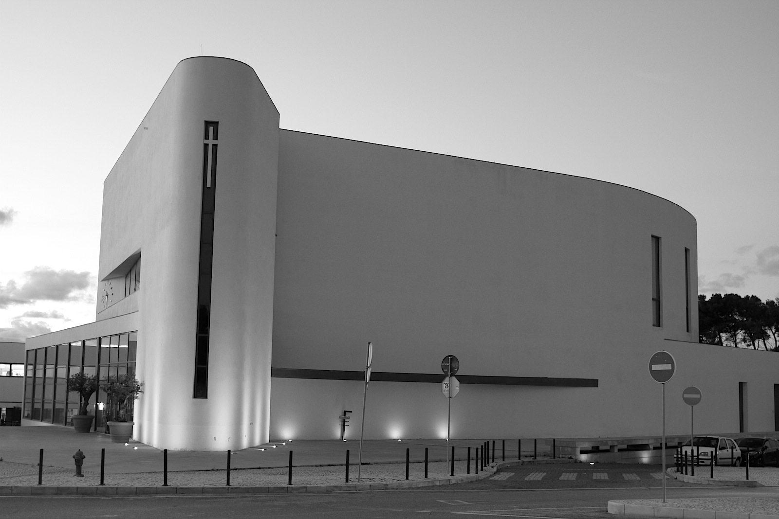 Kirche Senhora da Boa Nova. Seit 2009 hat das Viertel nun eine architektonische Perle, die zu allen Seiten ein sichtbares Zeichen setzt.