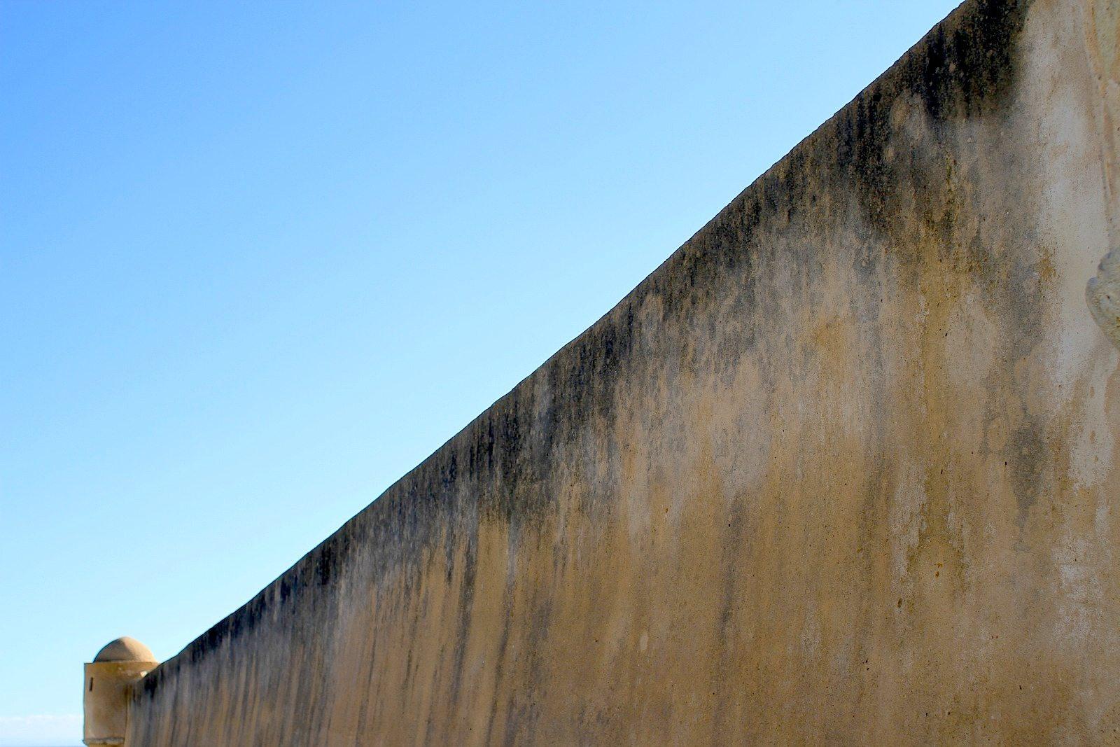 Festung S. Jorge Oitavos. Die Wehranlage ist Teil des Barrio dos Museus. Er liegt zwar einige Kilometer außerhalb des Kerns des Museumsquartiers, aber der Weg entlang der schroffen Küstenlandschaft lohnt sich.