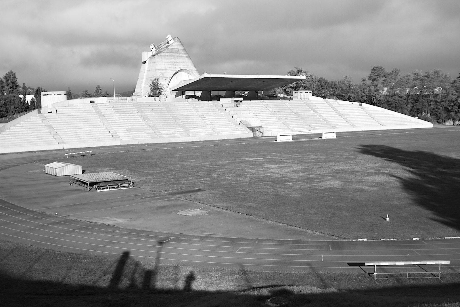 Stadion. Das 1968 fertigestellte Stadion und das Kulturzentrum rahmen die Sportstätte ein. Als zentraler, vertikaler Bezugspunkt steht hinter den Rängen die Église Saint Pierre.